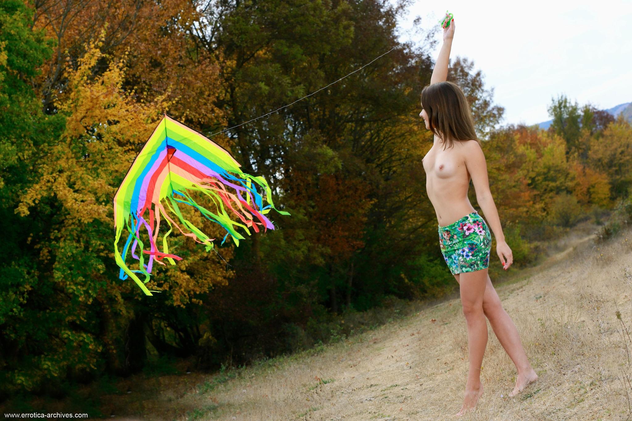Молодая девушка топлес в короткой юбке - фото