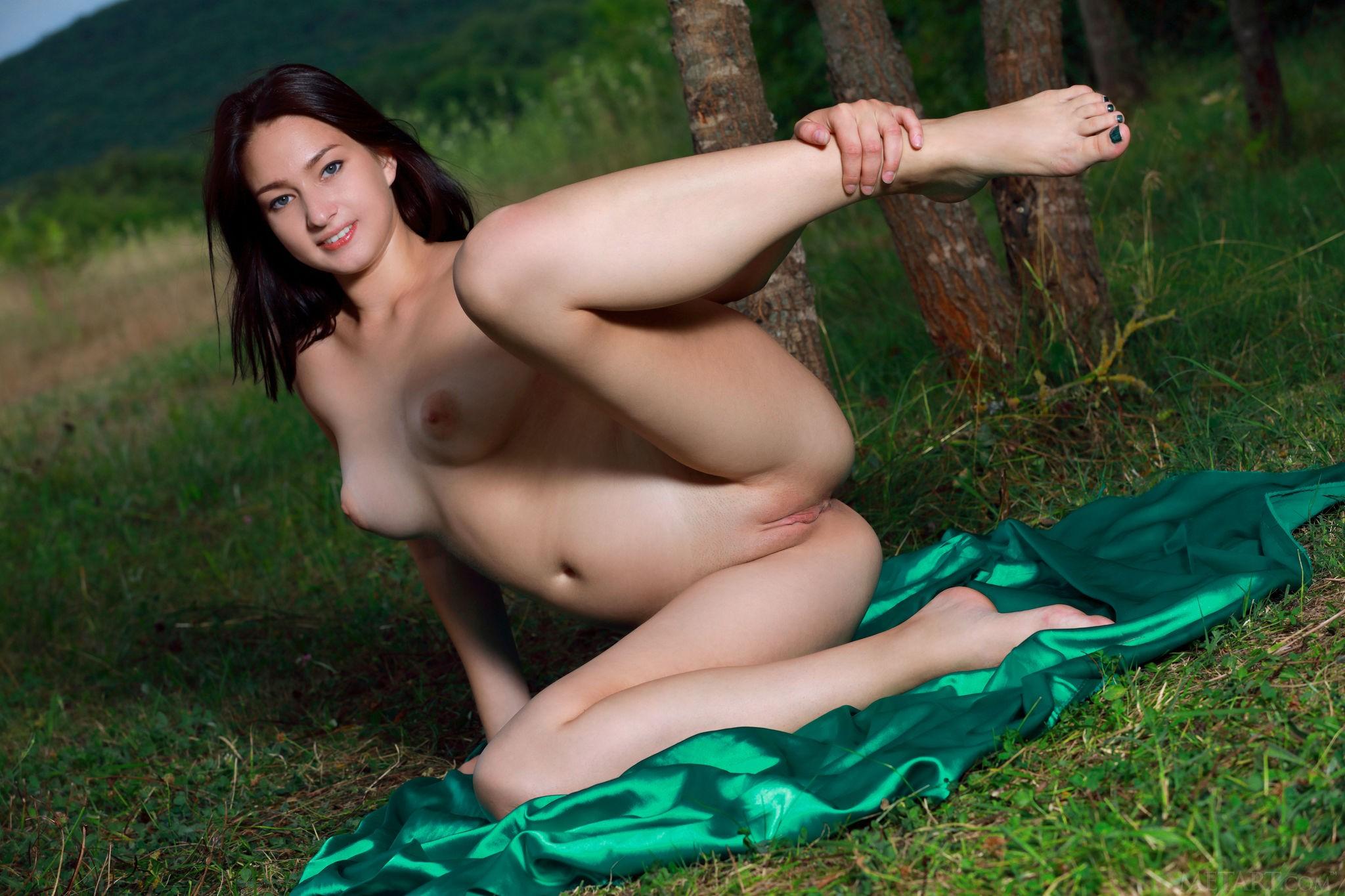 Сексуальная молодая модель раздевается на природе - фото