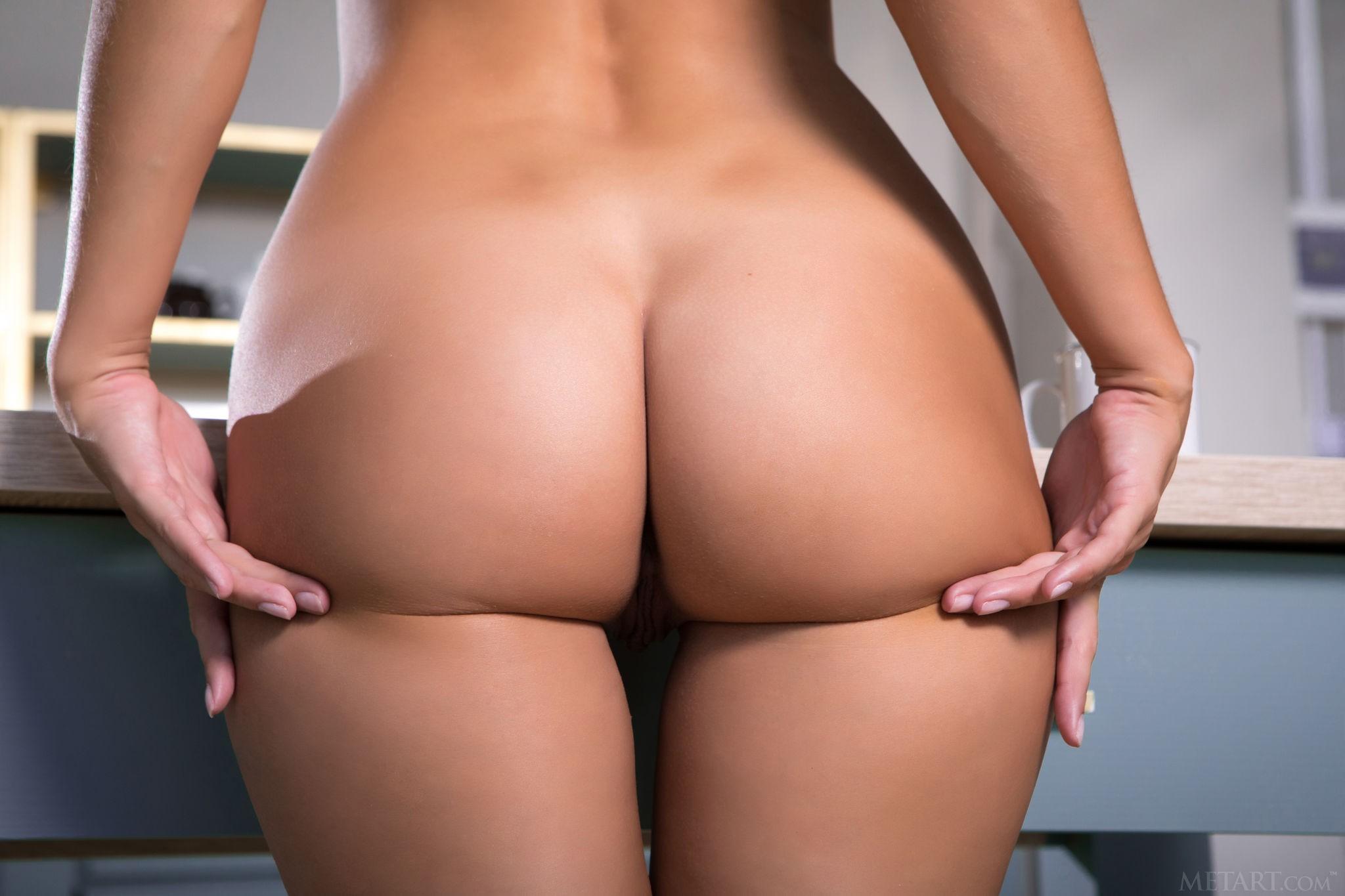 Элегантная девушка эротично показала себя на кухне - фото