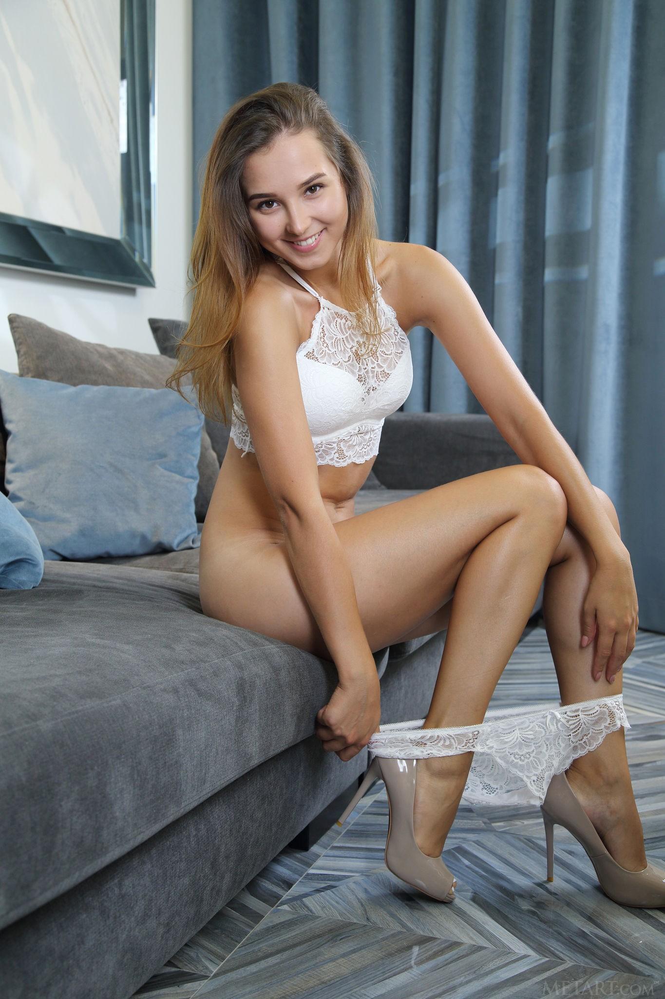 Развратная девушка в туфлях светит бритую письку - фото