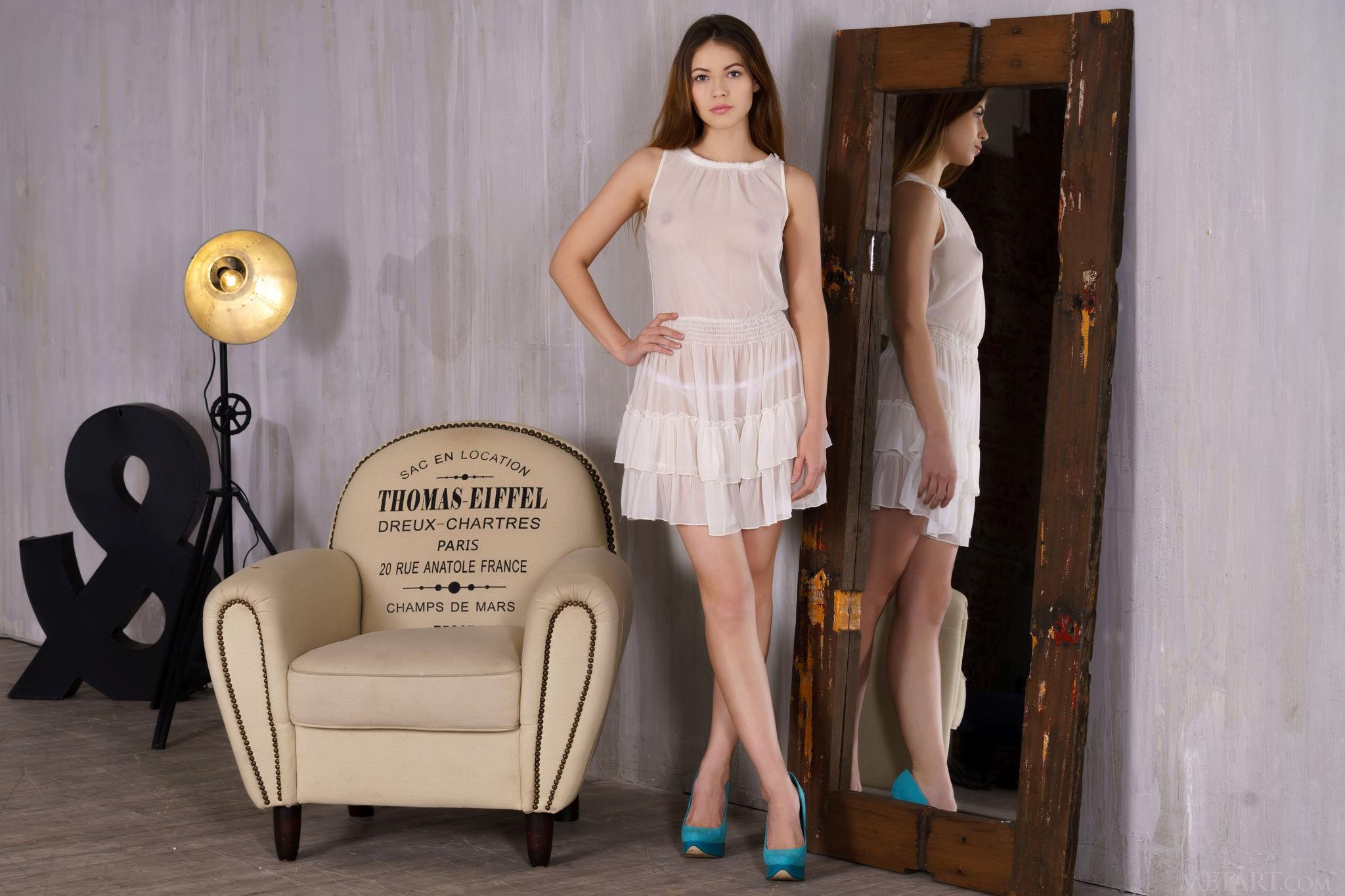Нежная красивая шатенка сняв платье позирует в кресле - фото