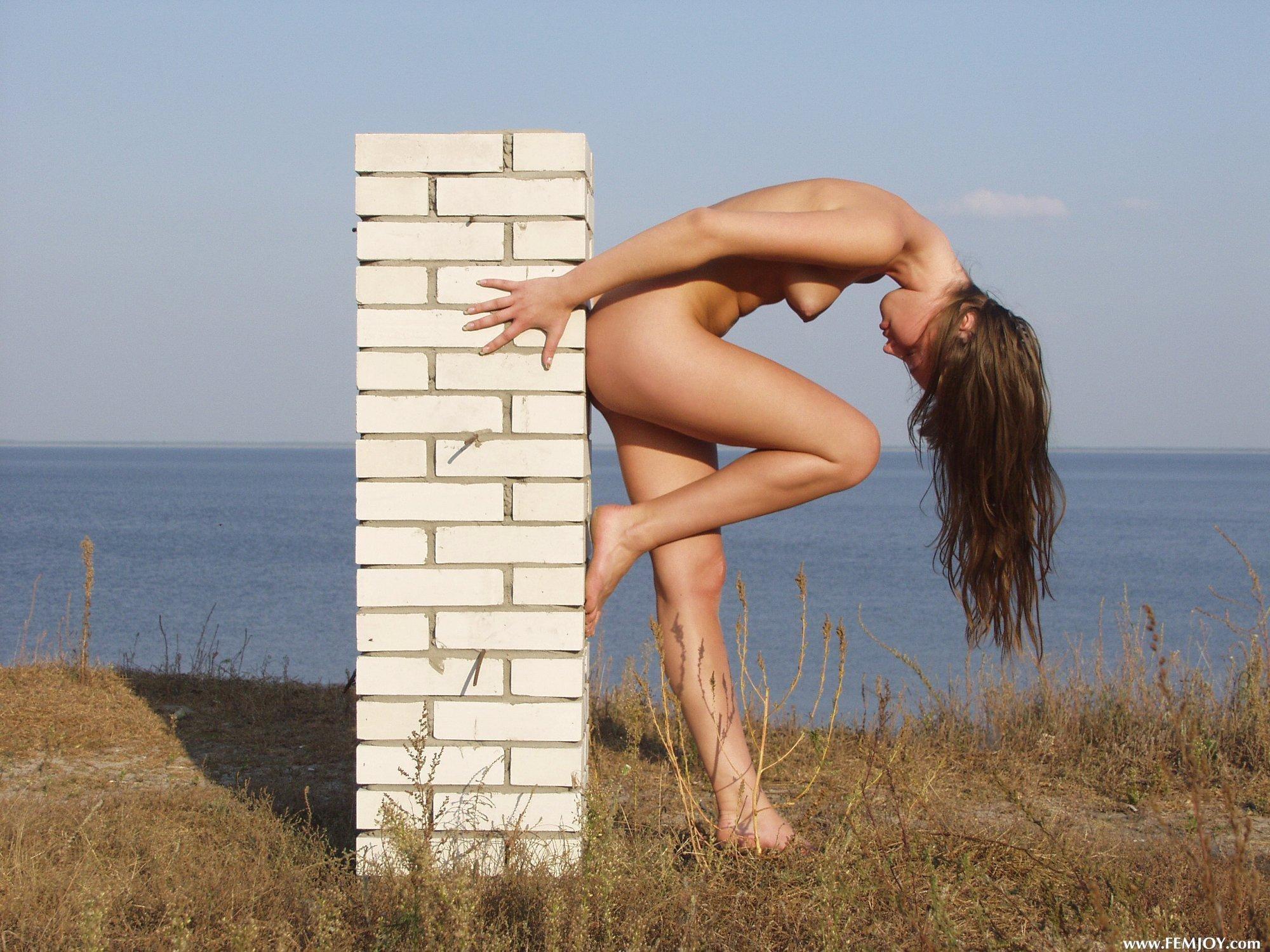 Молодая девица без одежды у моря - фото