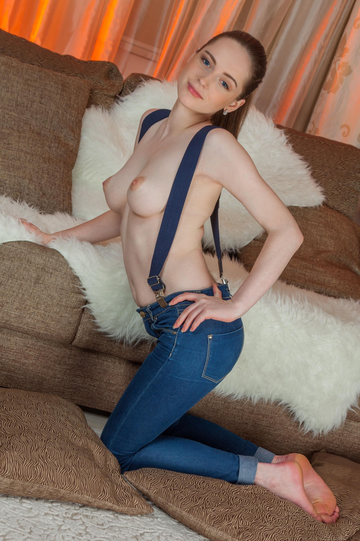 Полуголая девушка в джинсах показывает сиськи - фото