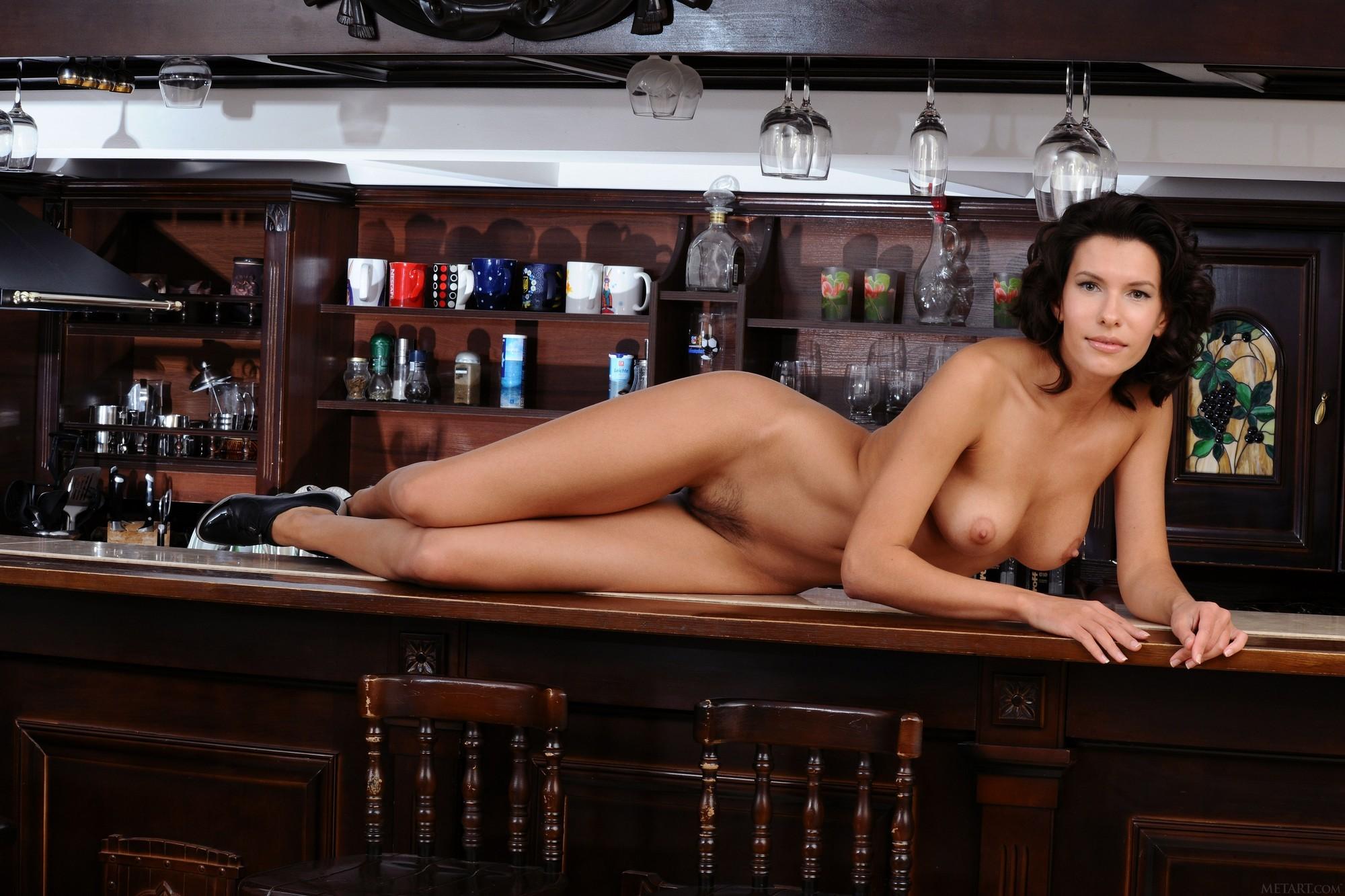 Голая девушка с сексуальной писькой на барной стойке - фото