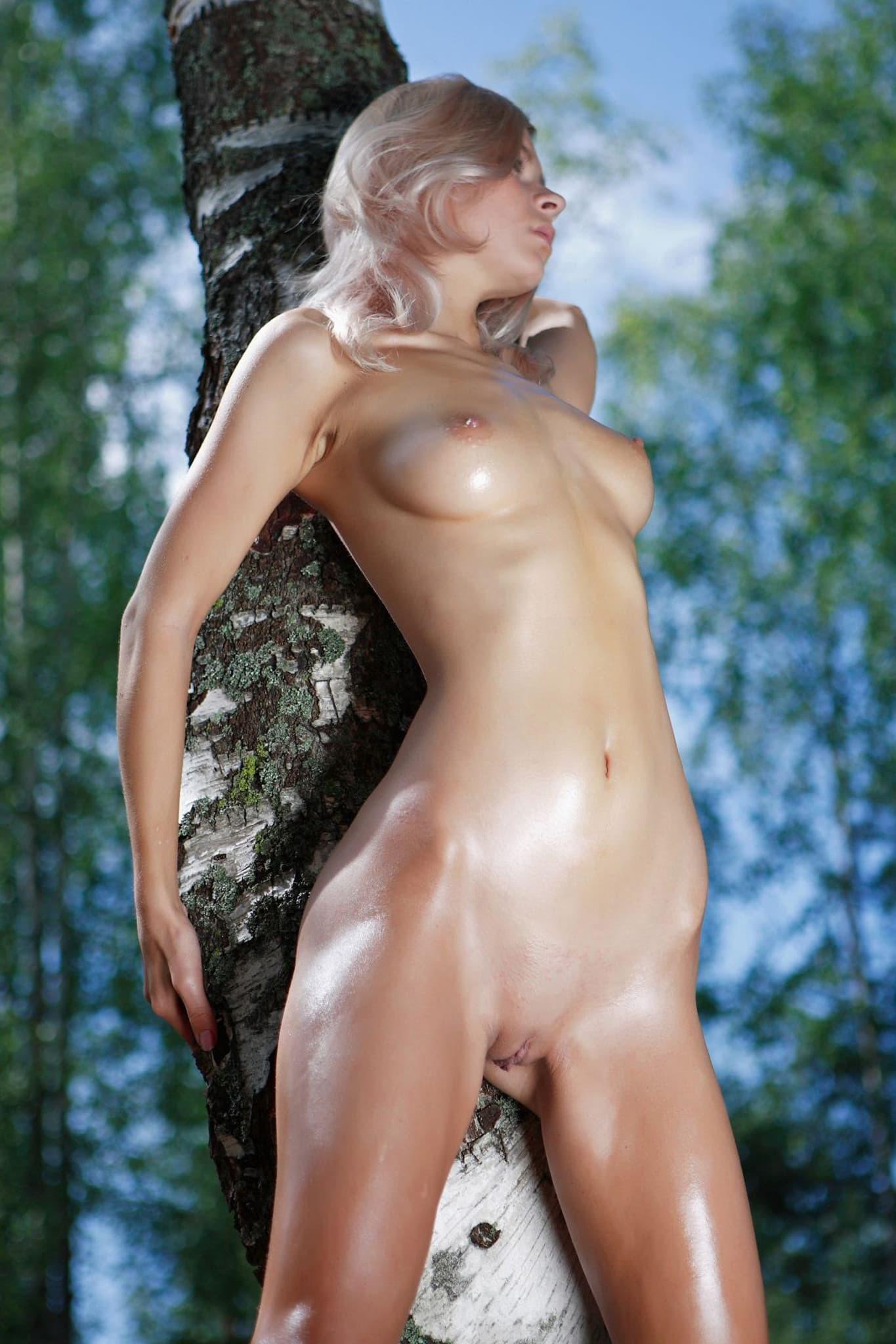Светловолосая девица позирует в лесу - фото