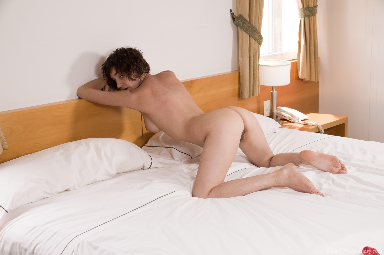 Крупно показывает волосатую письку в постели - фото