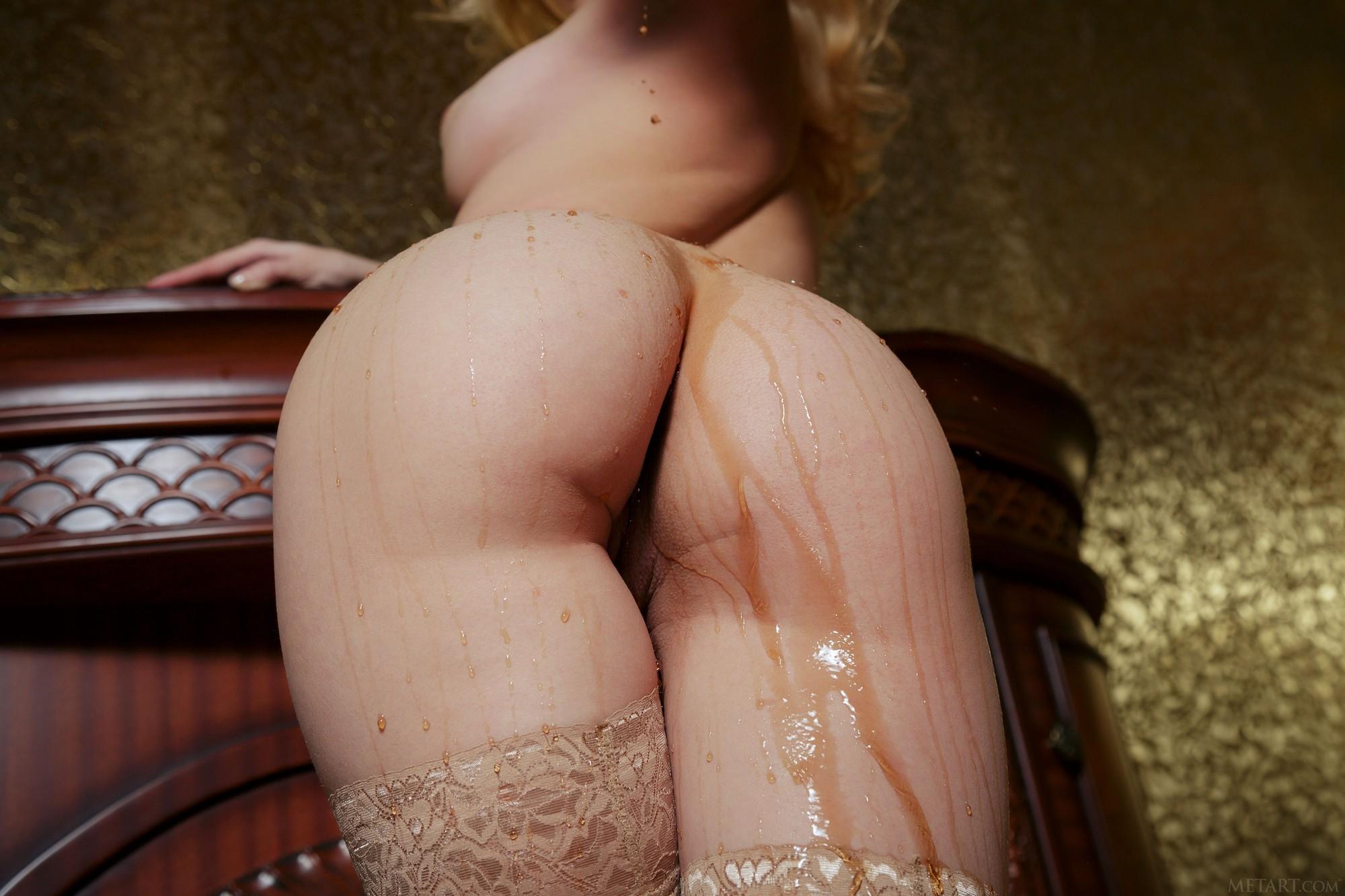 Красивая блондинка в чулках с сочной попочкой - фото