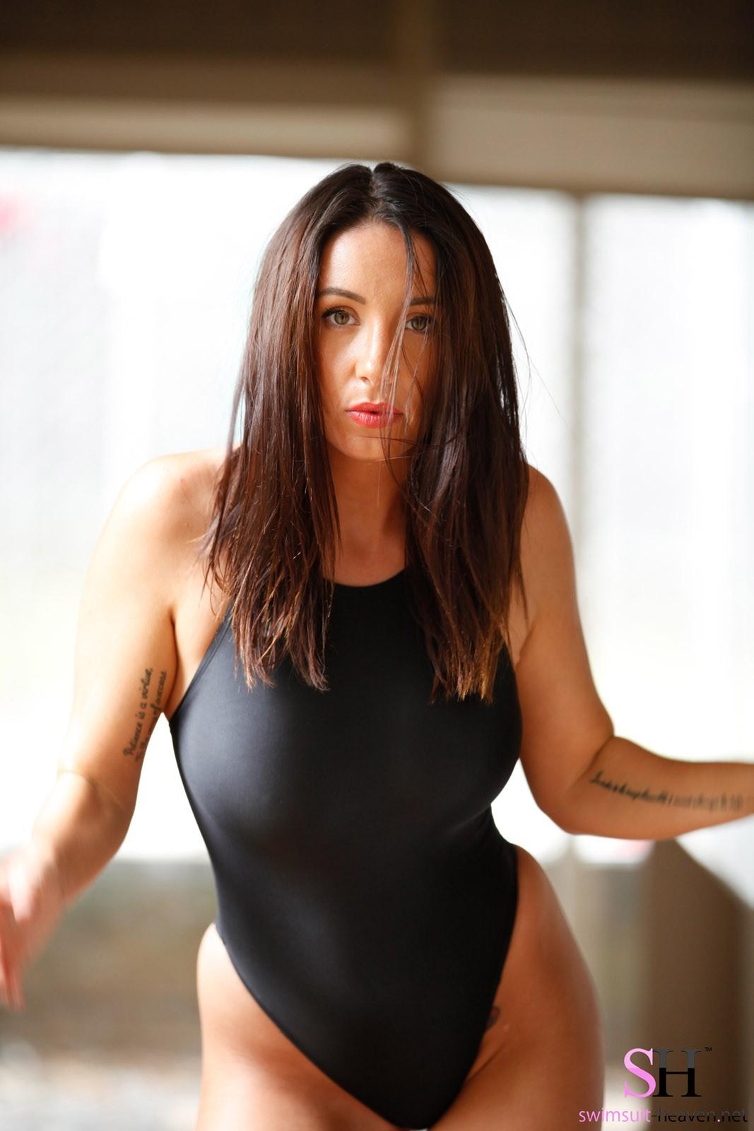 Сексуальная девушка в черном купальнике  - фото