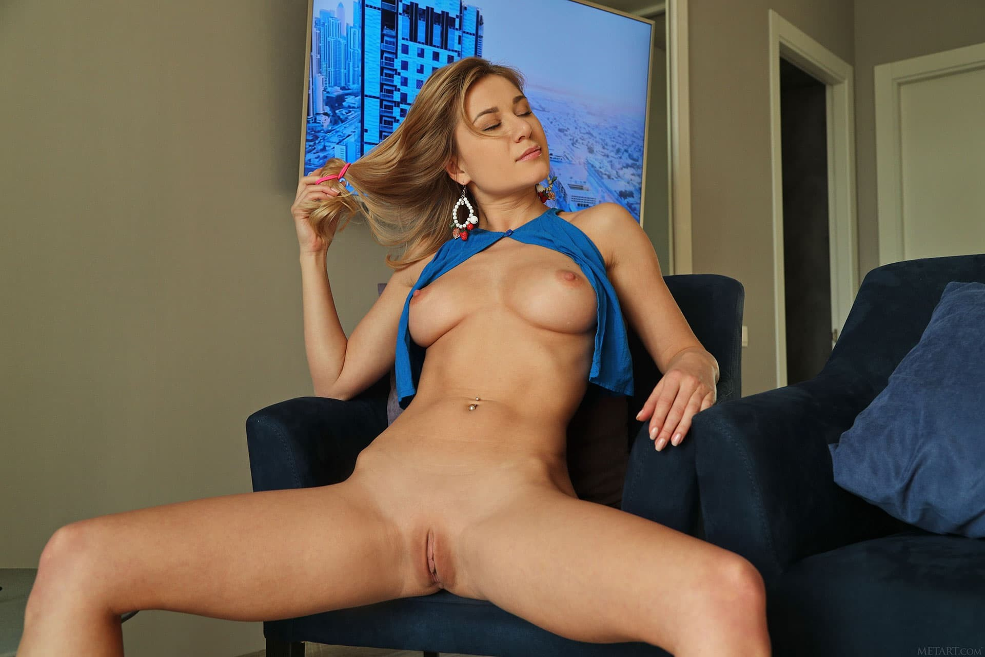 Сексуальная девушка со спортивным телом - фото