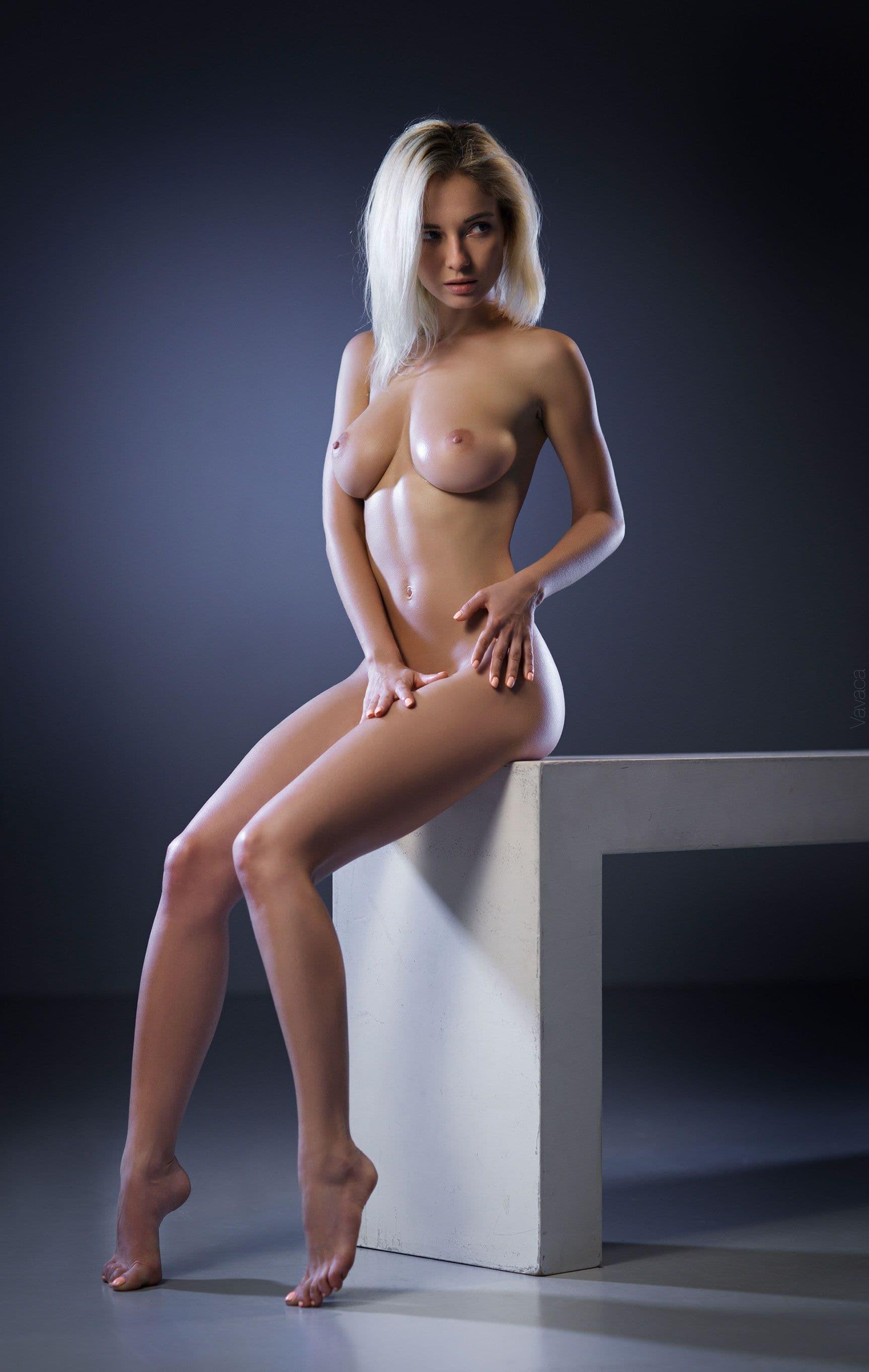 Дамочк с висячими натуральными сиськами - фото