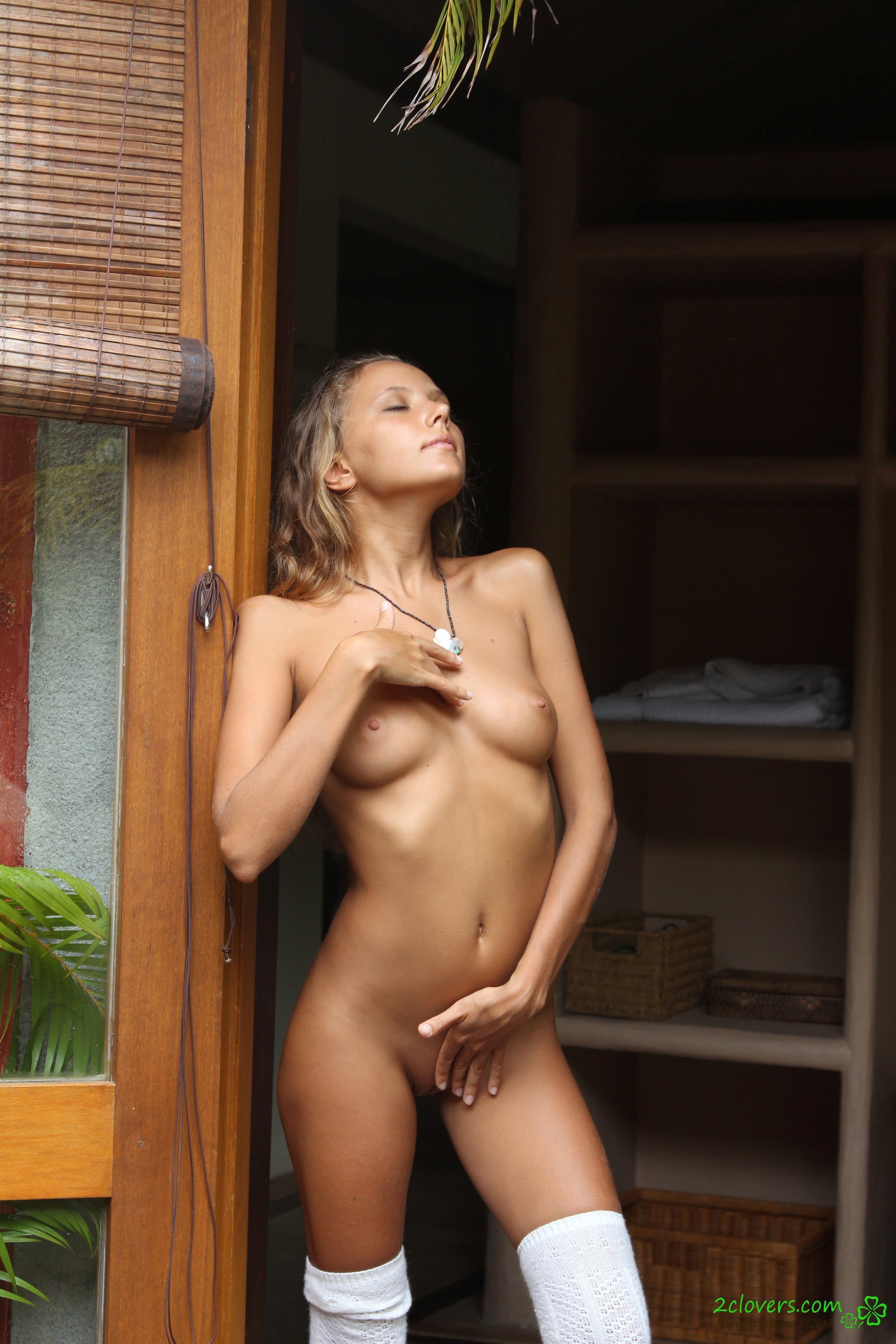 Худощавая милашка с красивой киской - фото