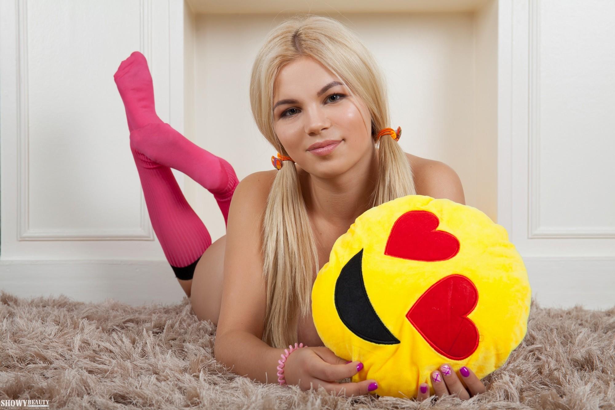 Блондинка в гольфах без трусов - фото.