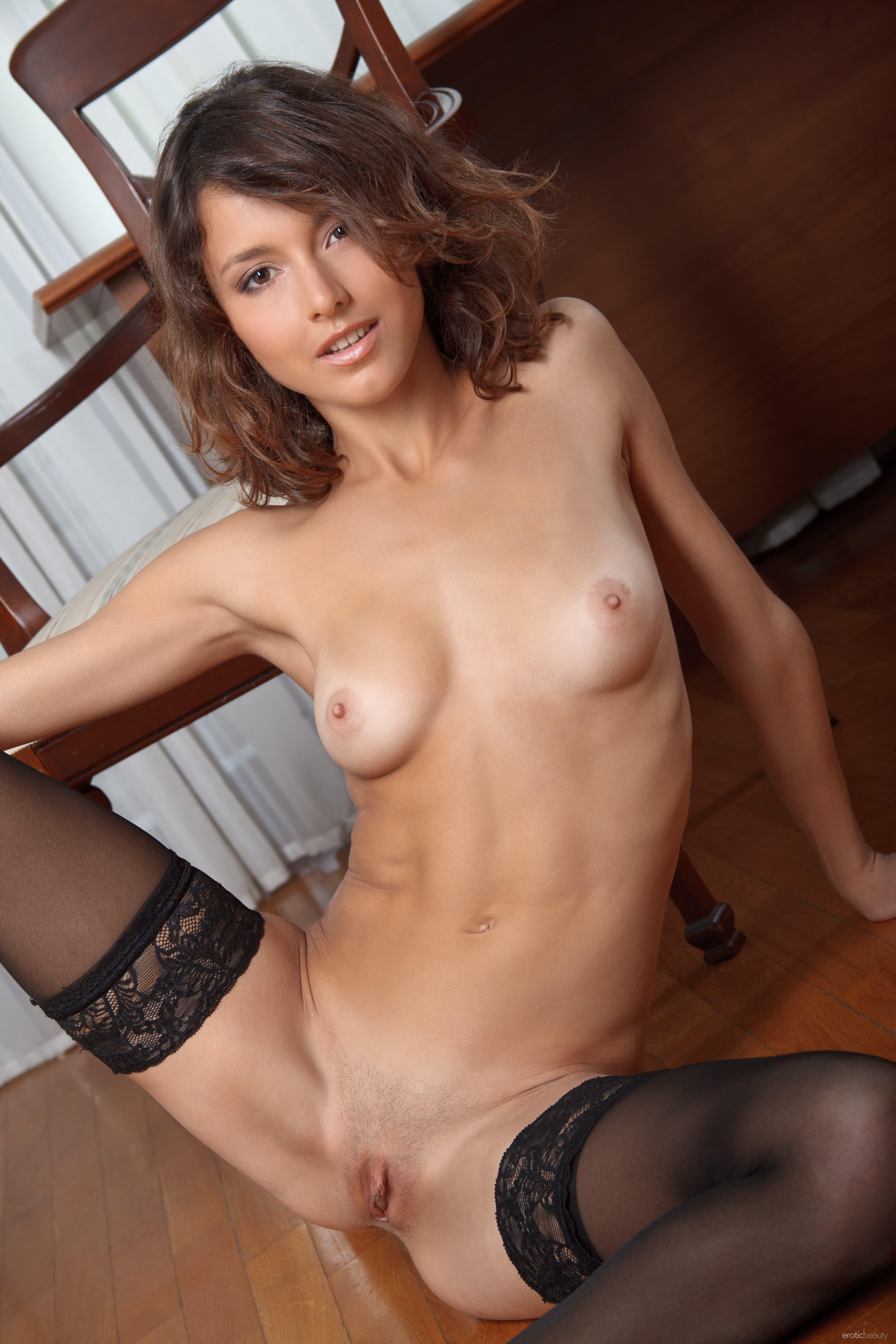 Девушка с голым телом в чулках валяется на полу - фото