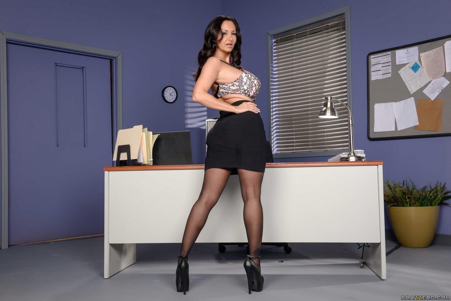 Зрелая секретарша с огромными буферами и жопой - фото