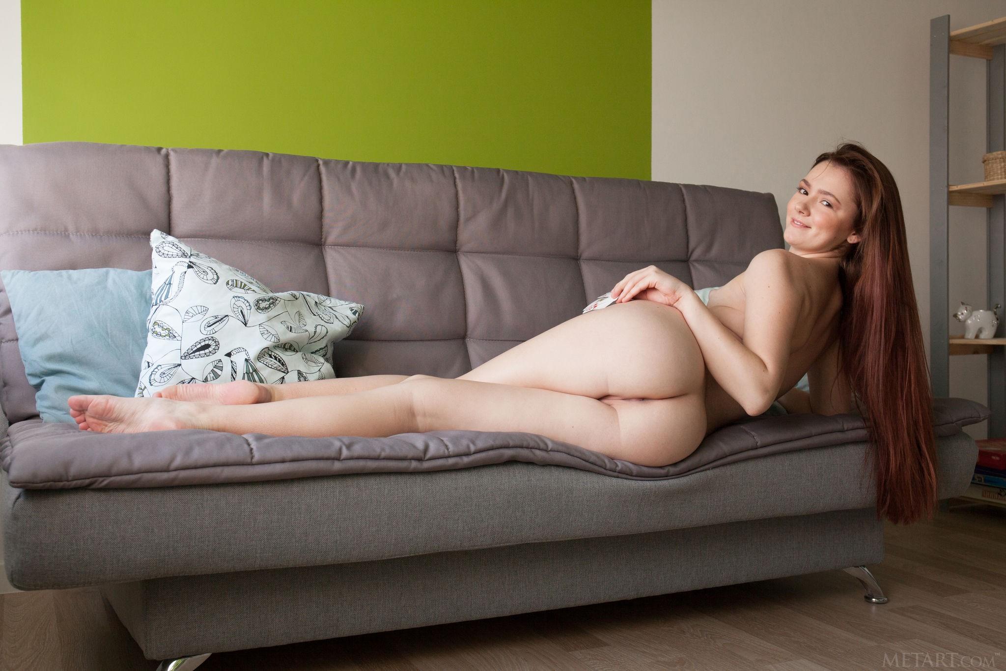 Молодая девица с плоскими сиськами - фото