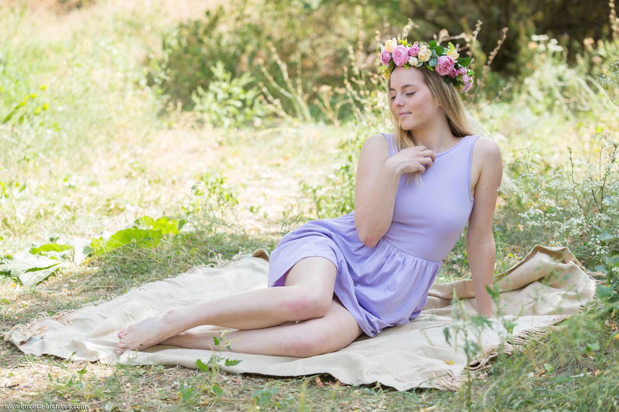 Девка без трусов на природе - фото