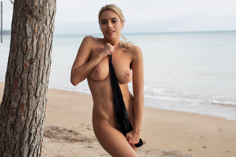 Жопастая блондинка на пляже - фото