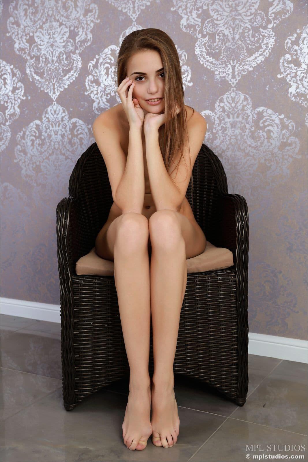 Тощая дамочка в кресле - фото