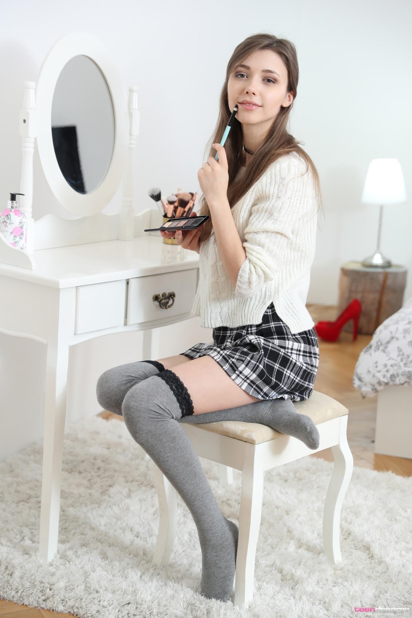 Студентка снимает короткую юбку и трусики - фото