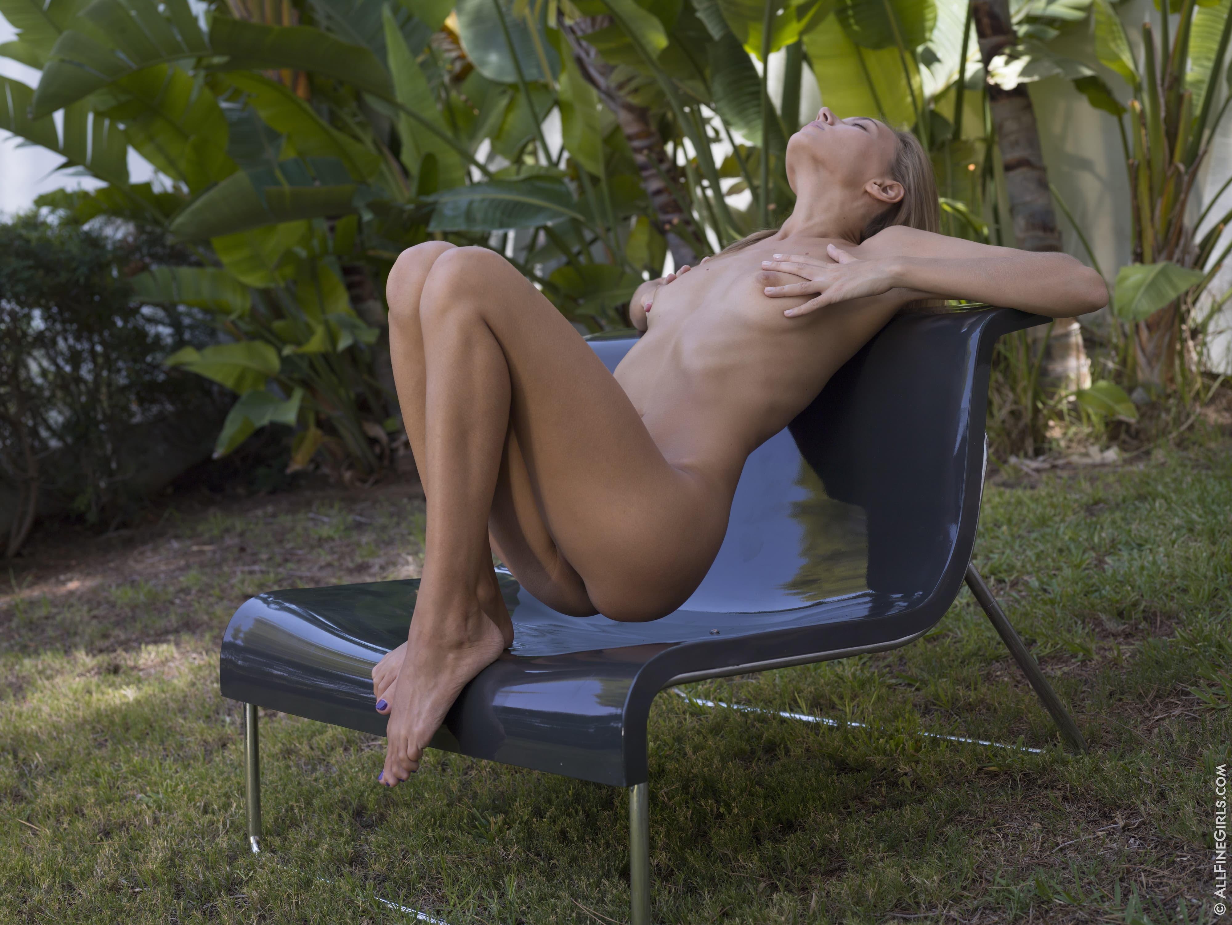 Худышка без трусов раком на лавке - фото
