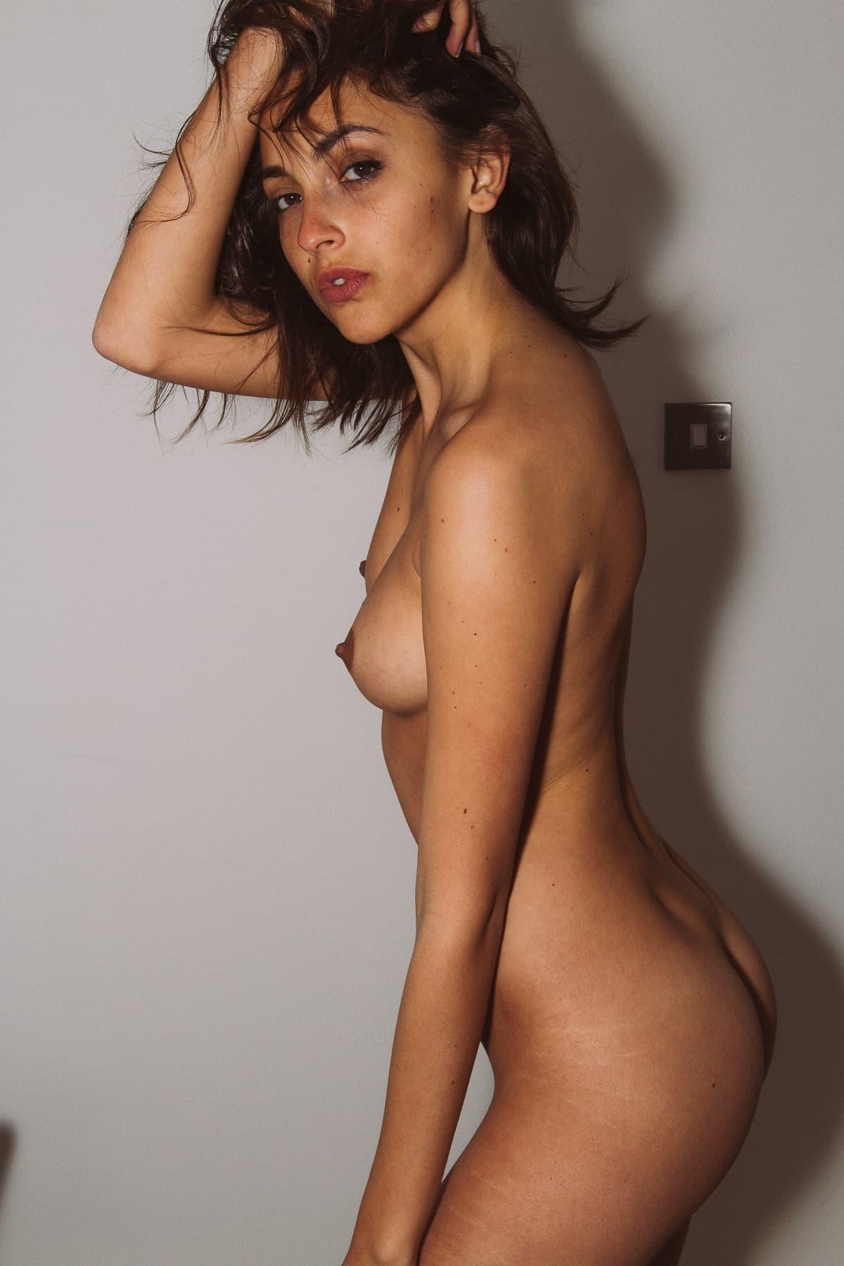Красивая молоденькая девица - фото