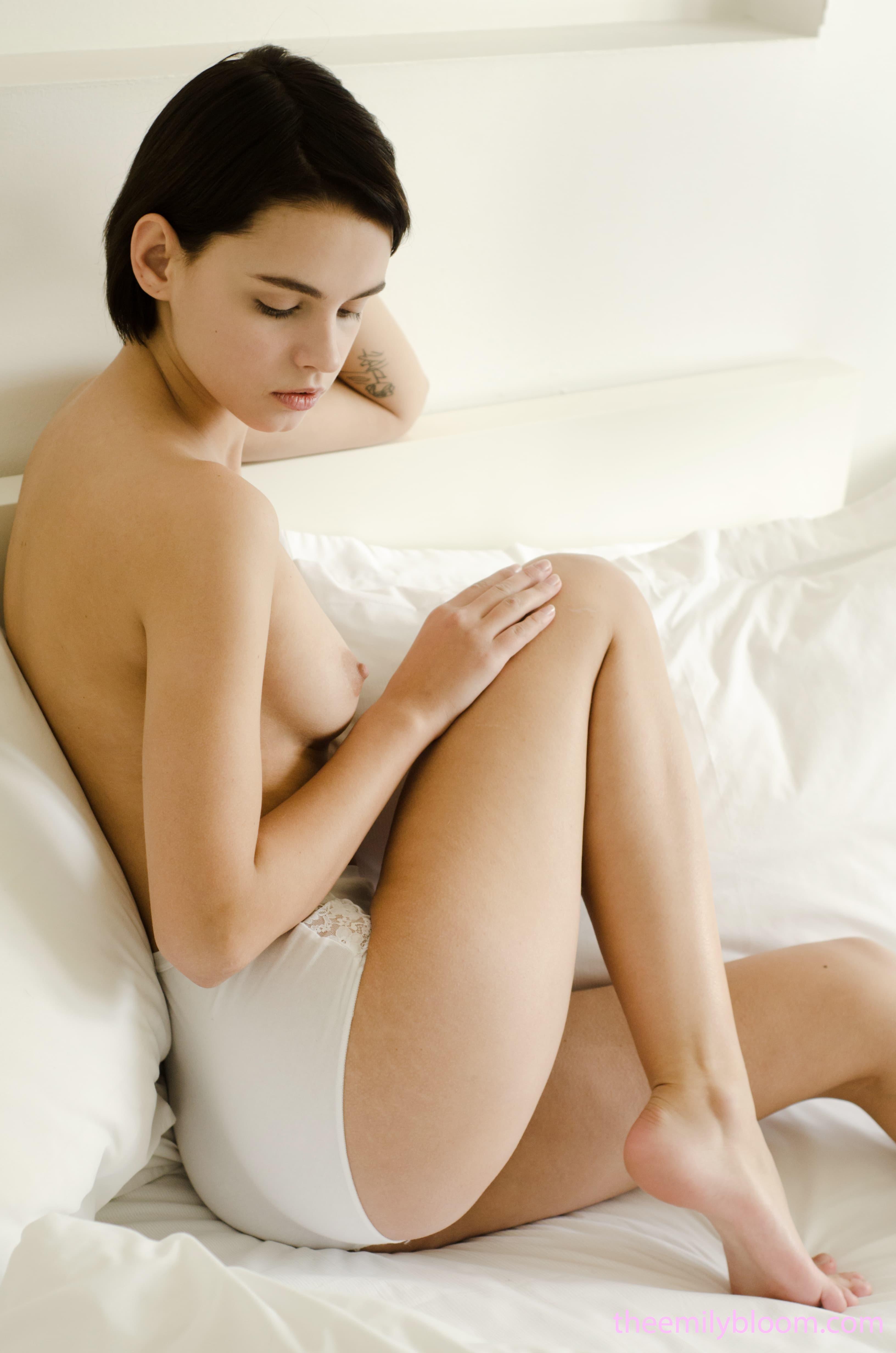 Брюнетка проснулась в трусиках - фото