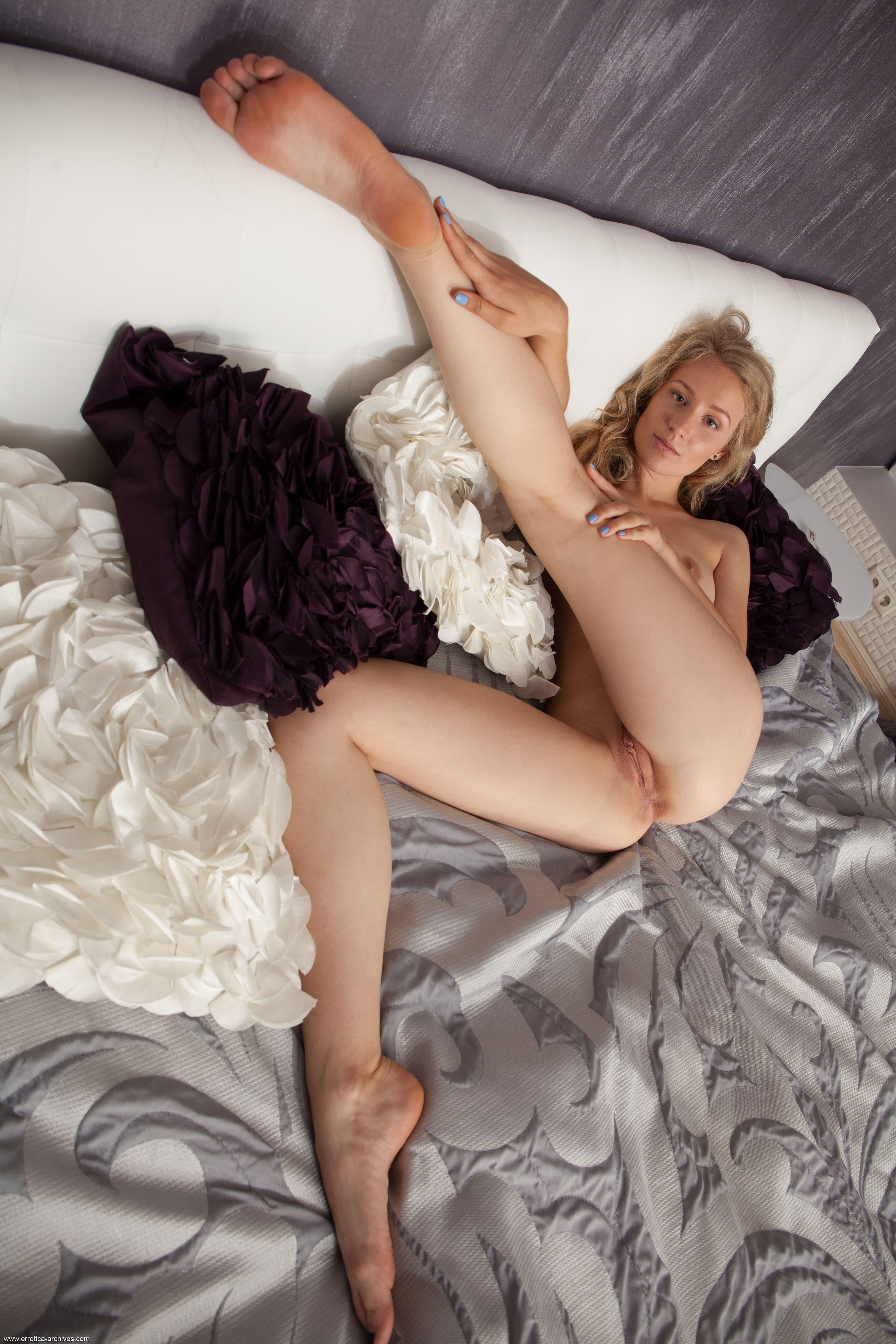 Развратная блондинка в спальне - фото