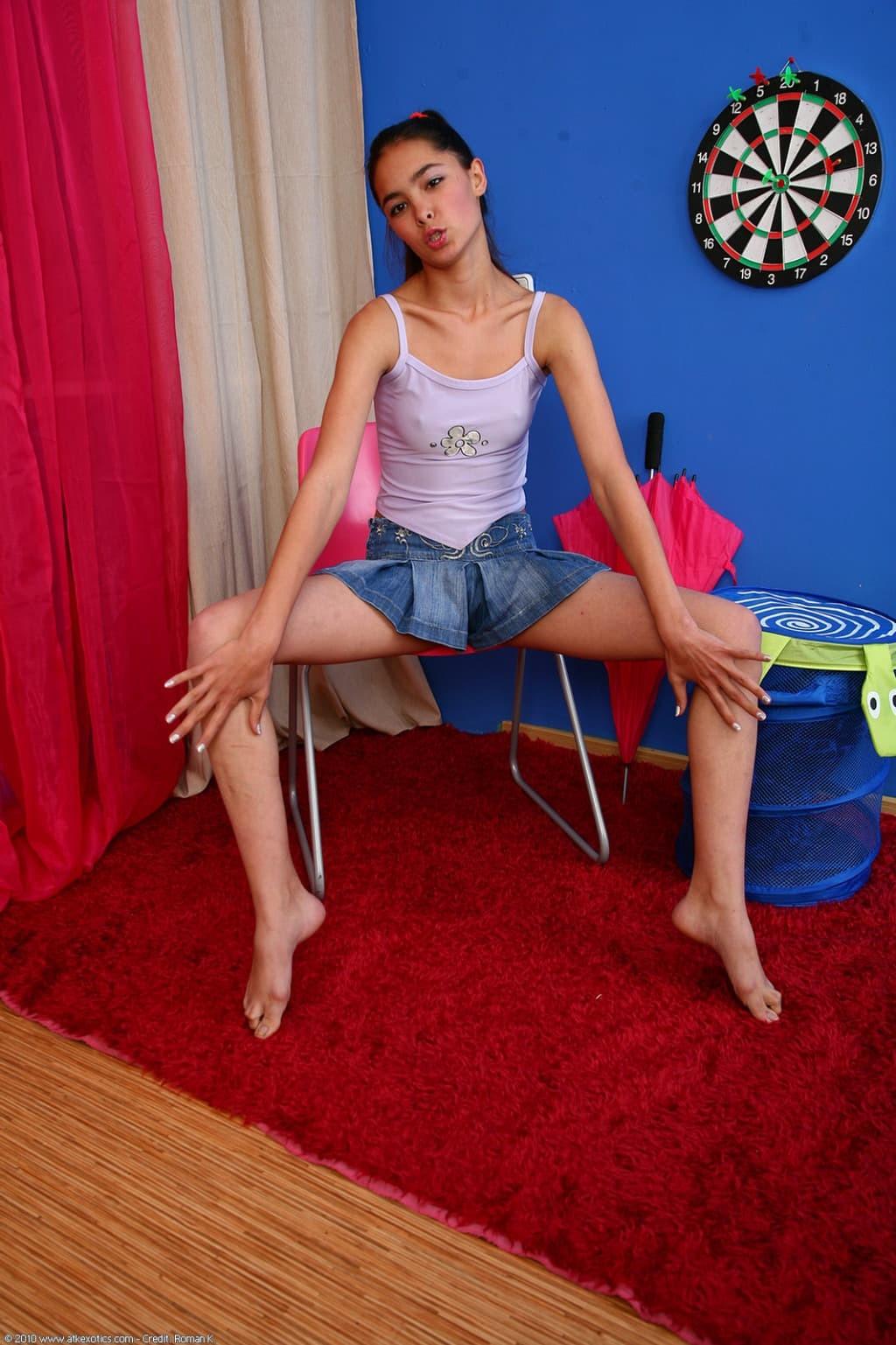 Худая девка в короткой юбке - фото