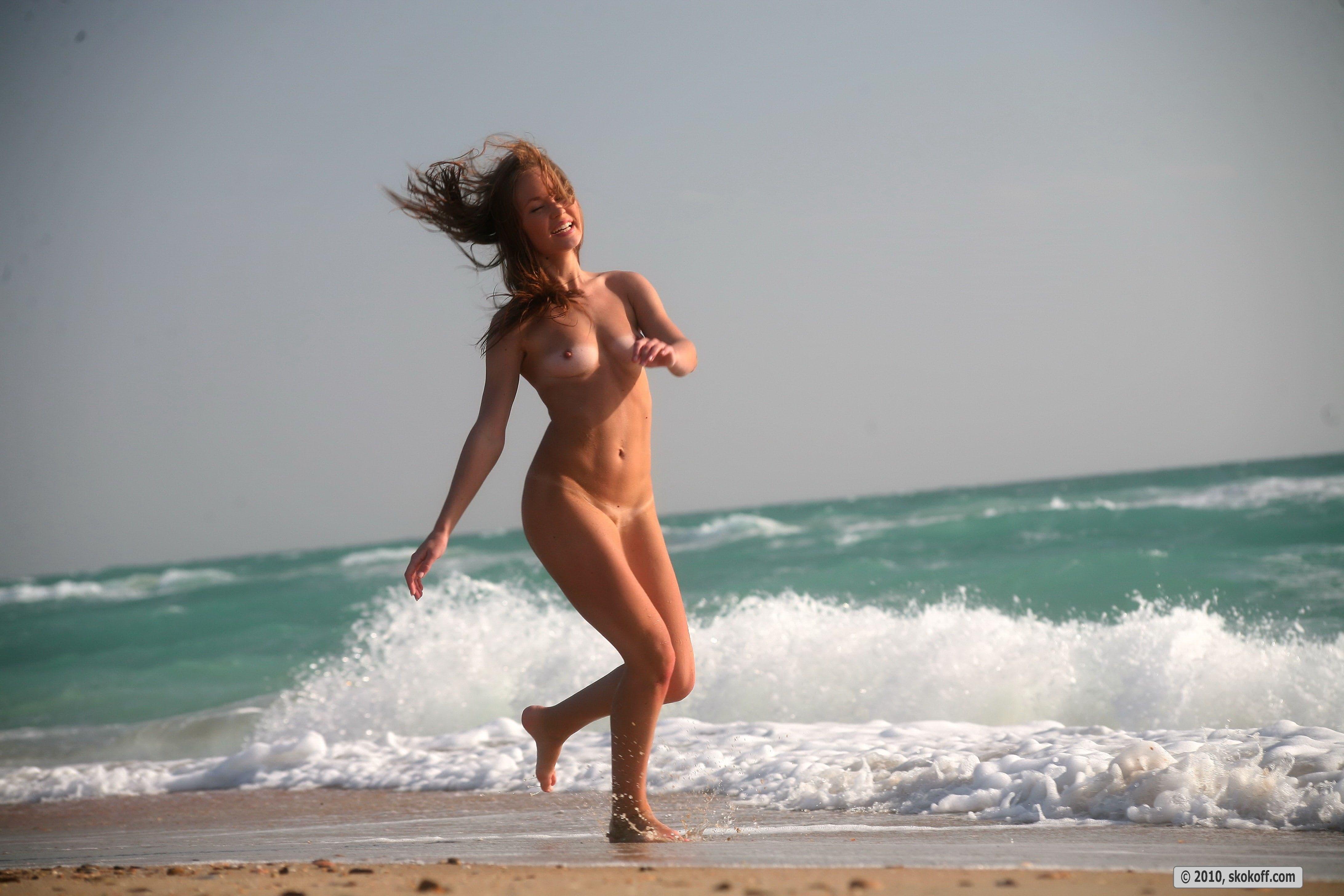 Молодая девка раком на пляже - фото