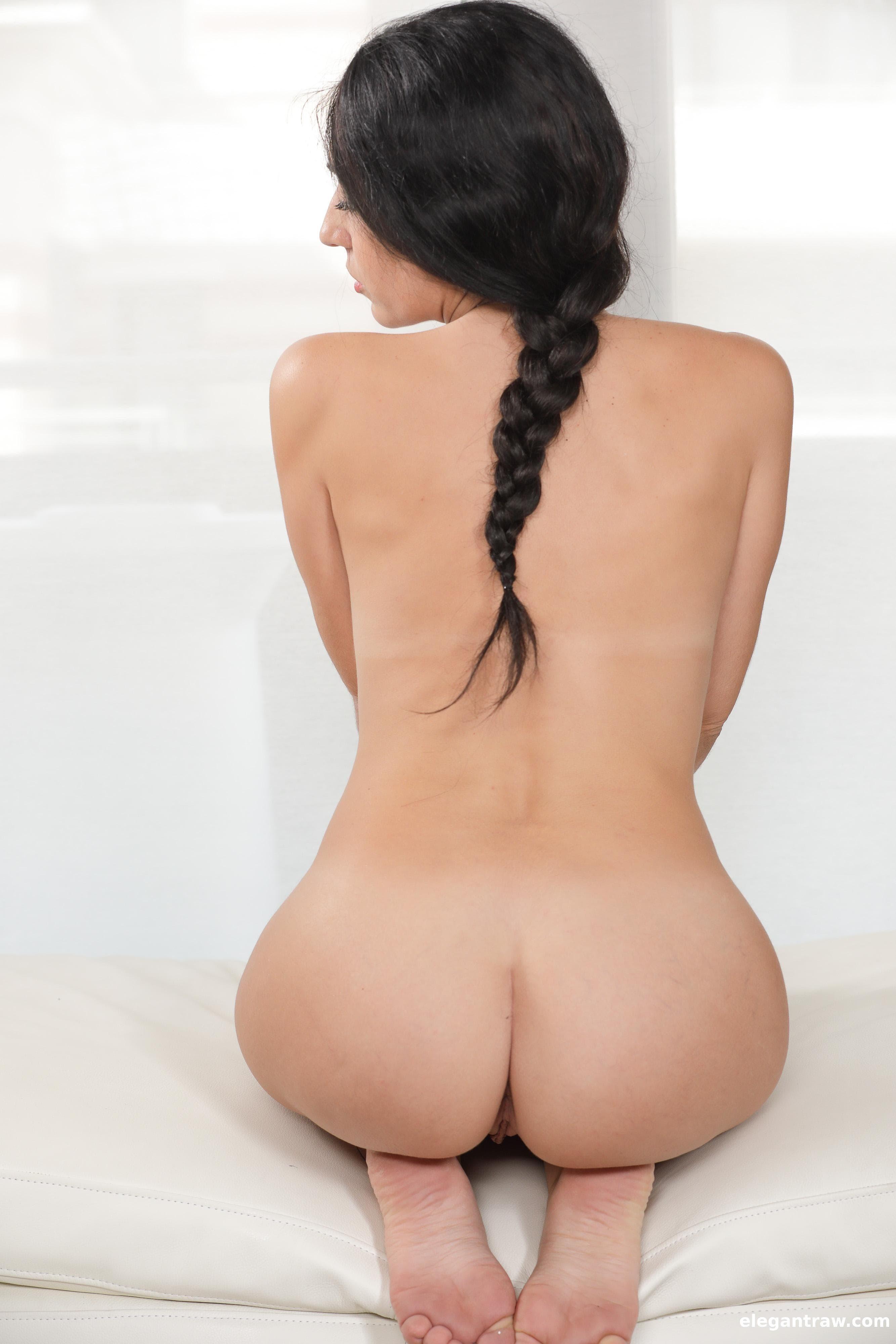 Брюнетка в возрасте с голой жопой - фото