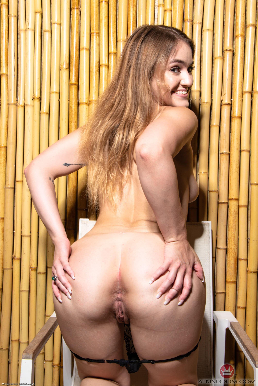 Голая девица широко раздвигает задранные ноги - фото