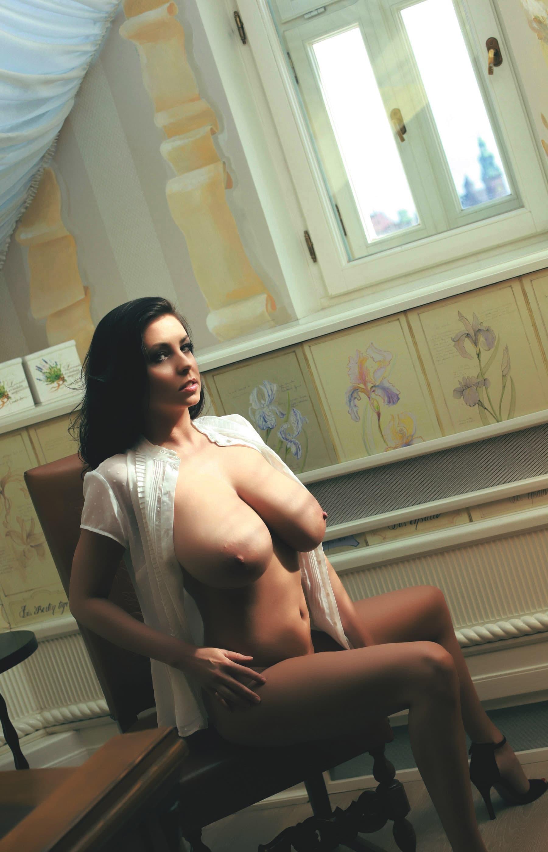 Брюнетка с огромными дойками - фото