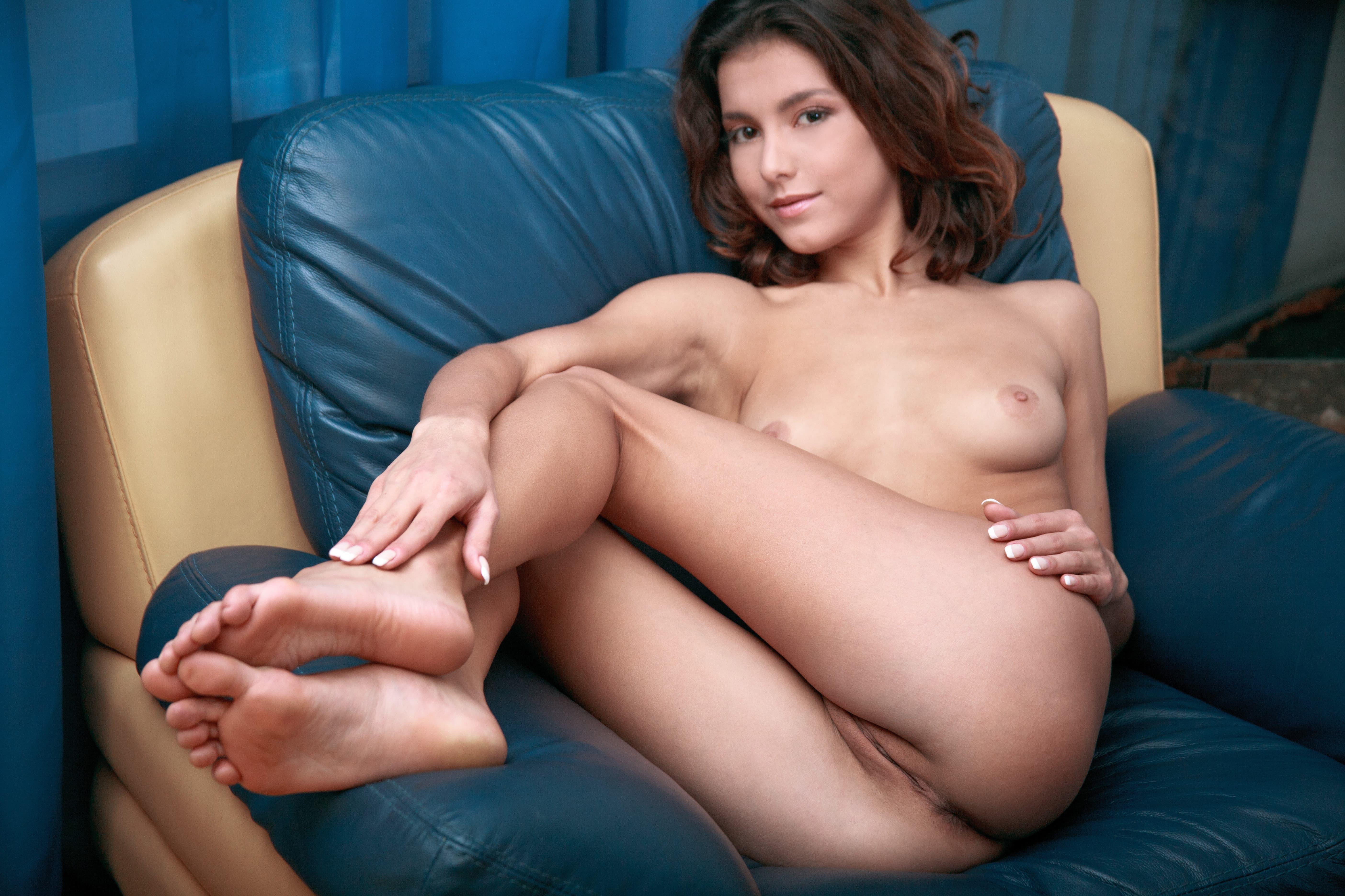 Худая девушка широко раздвигает ноги - фото