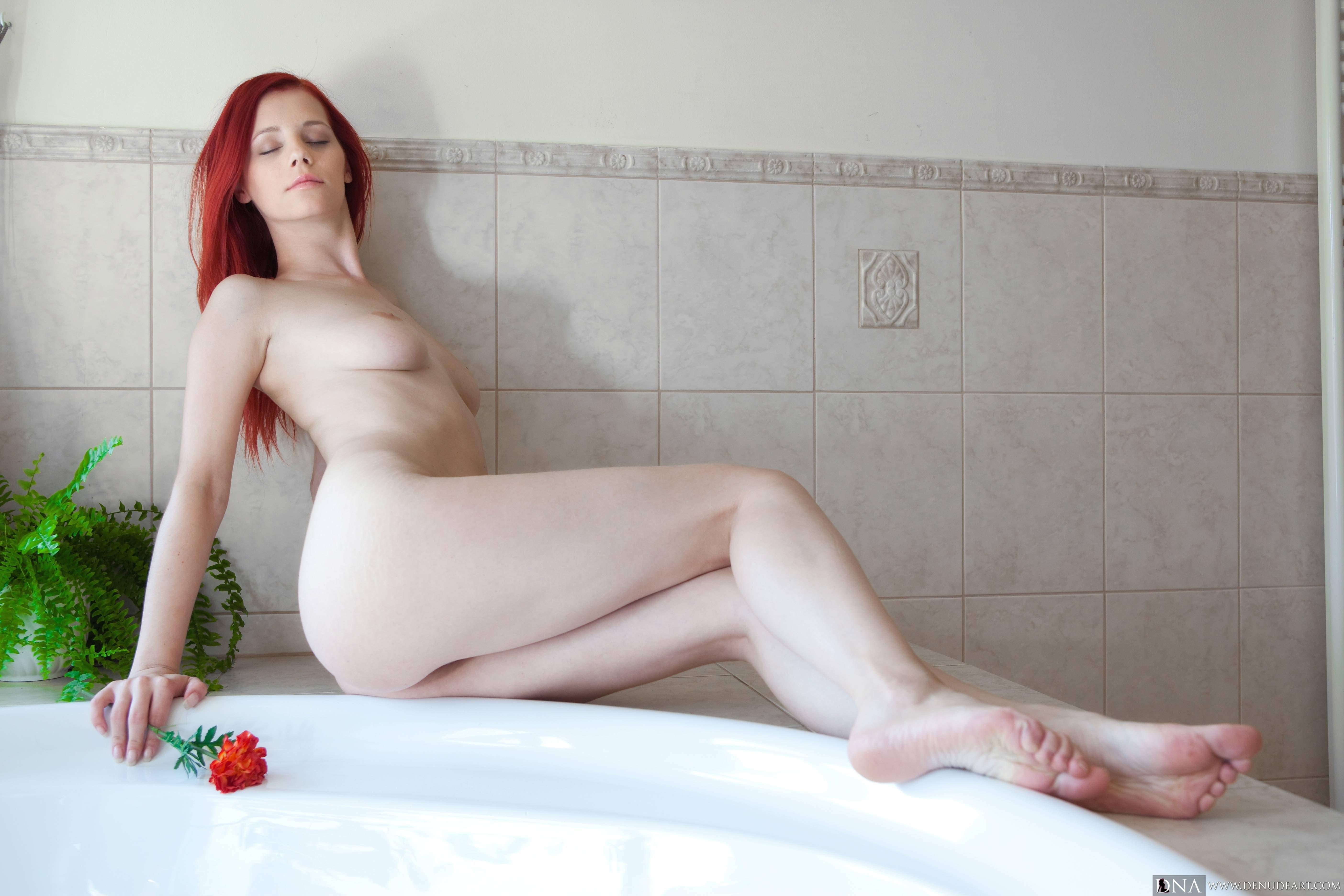 Голая девушка с красными волосами - фото