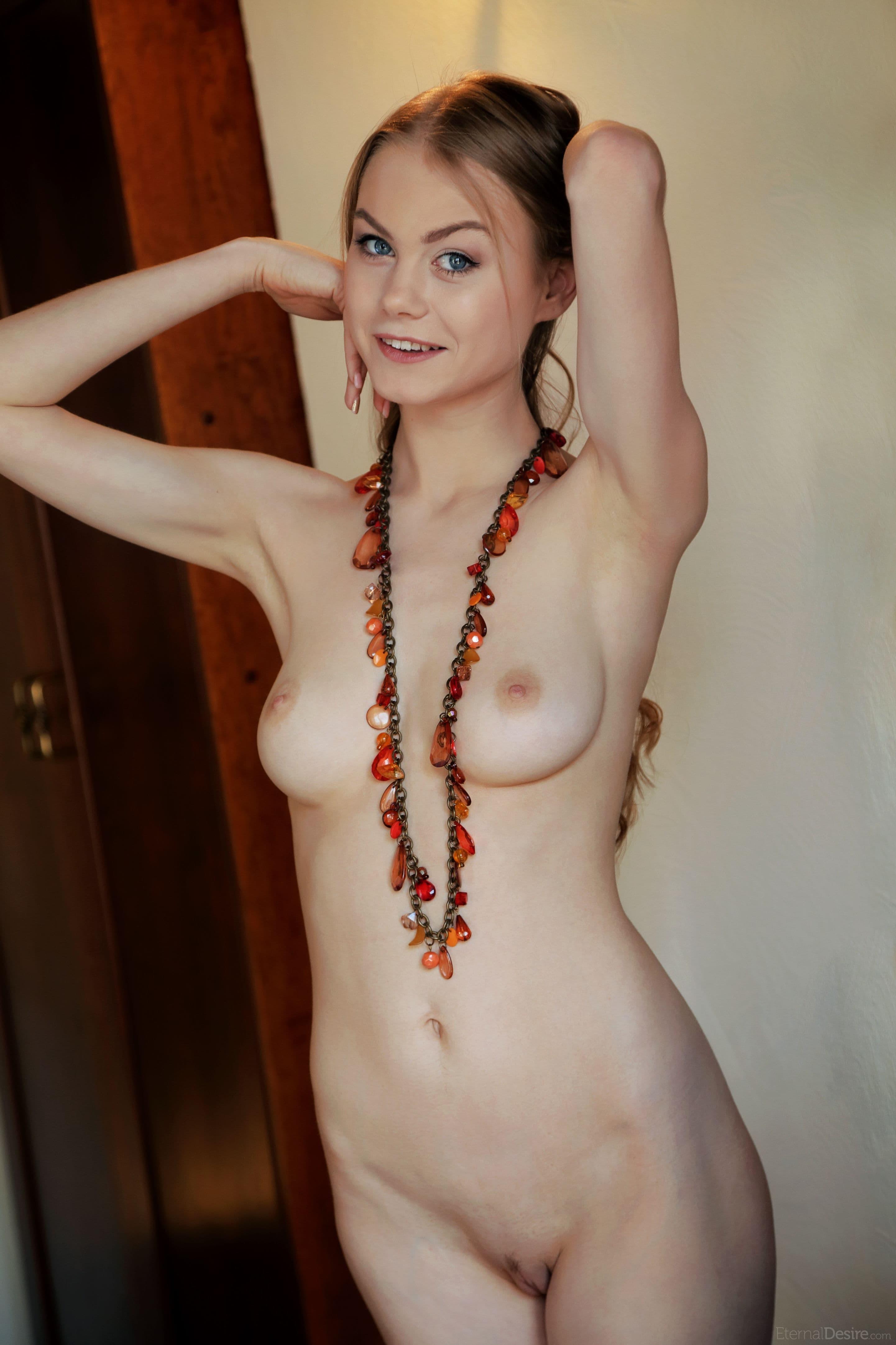 Голая чика с упругой грудью - фото