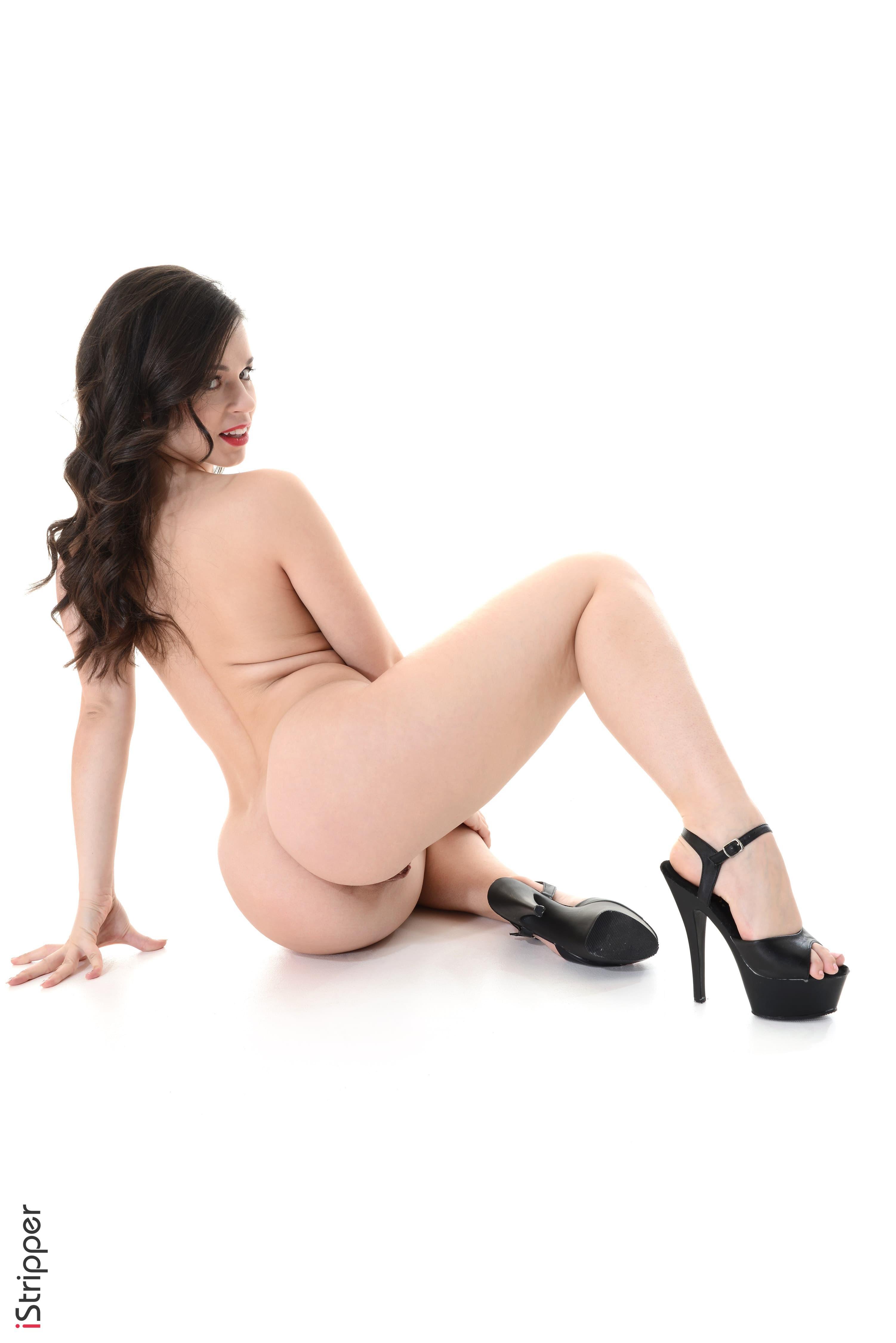 Грудастая модель в трусиках позирует на каблуках - фото