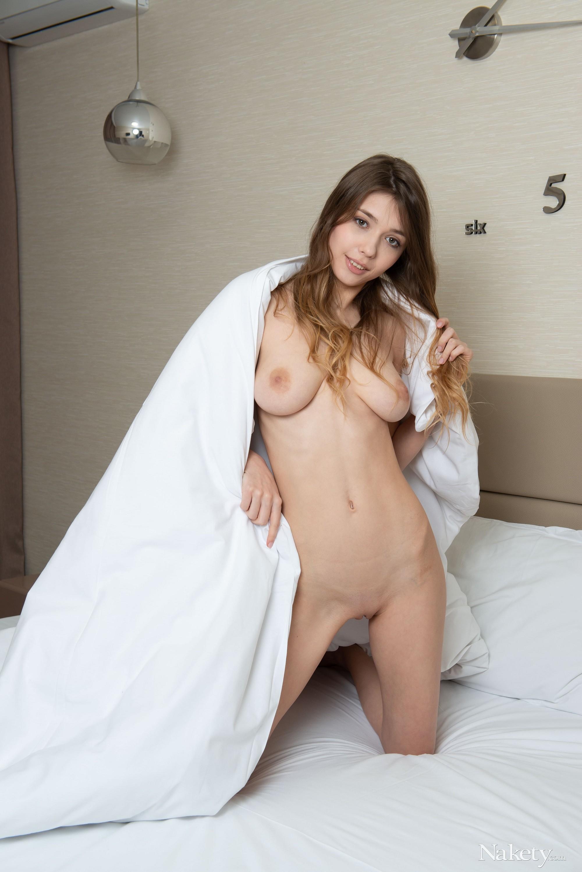Молоденькая красотка в постели - фото
