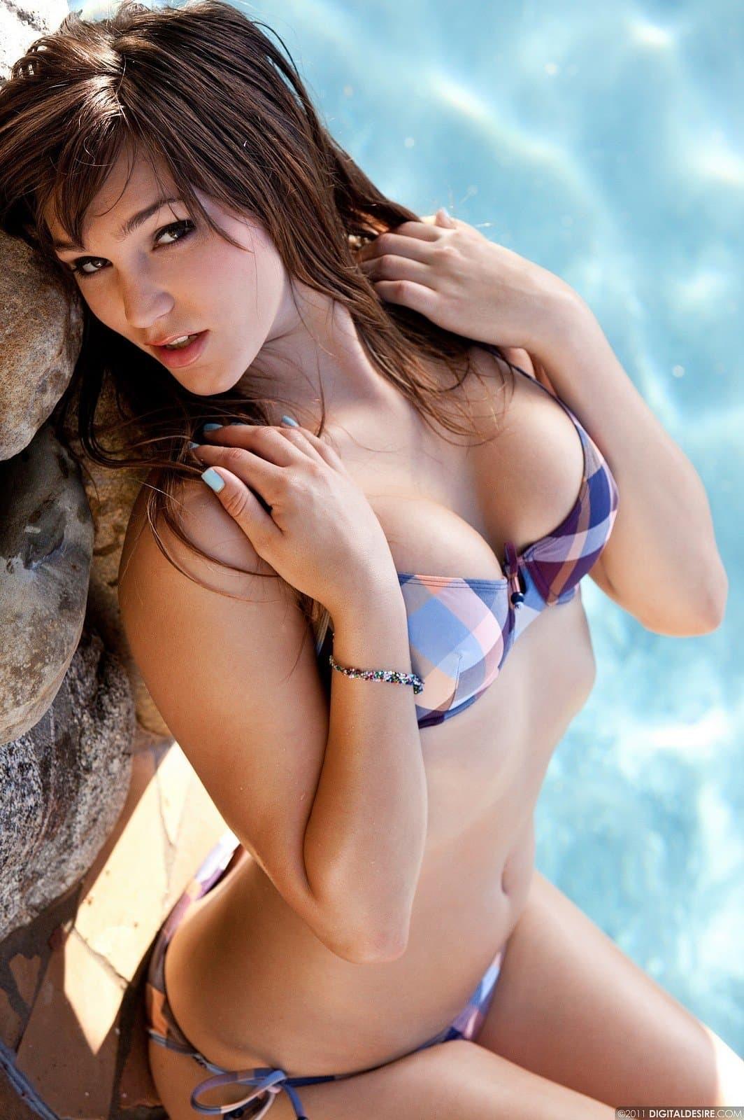 Красивая шатенка сняла купальник у бассейна - фото