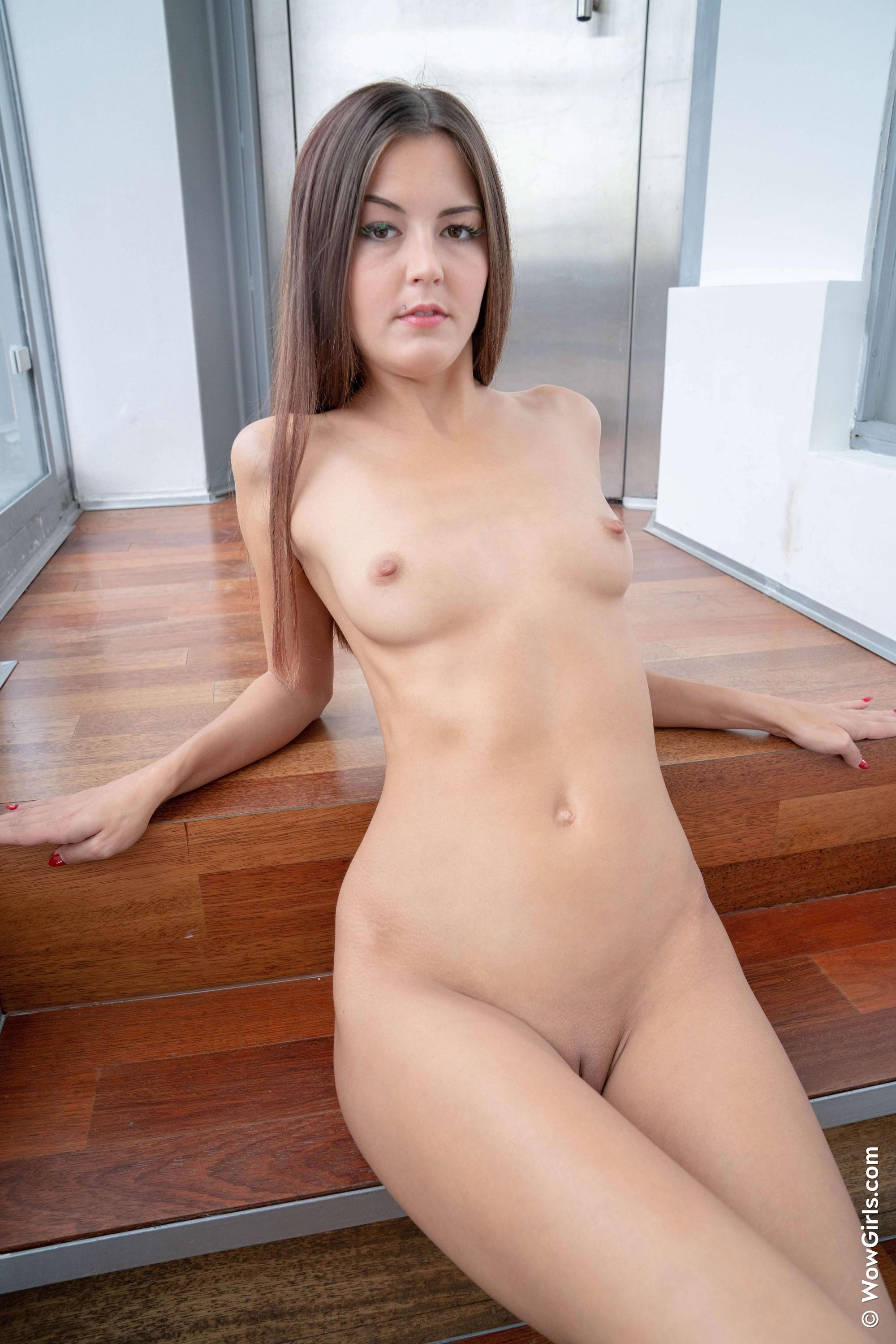 Девка с бритой писькой в сексуальных колготках - фото