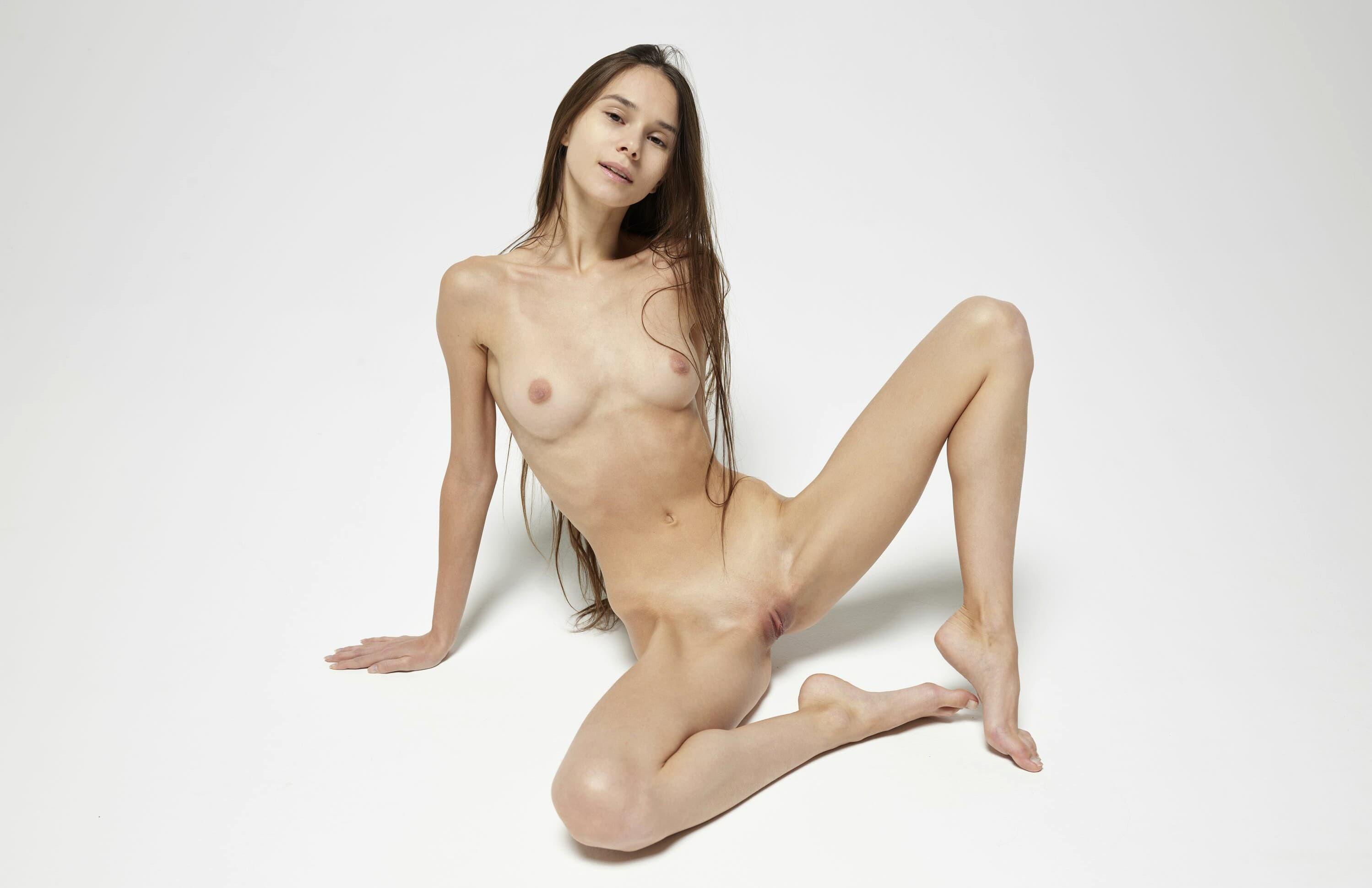 Девушка широко раздвинула ноги и письку - фото