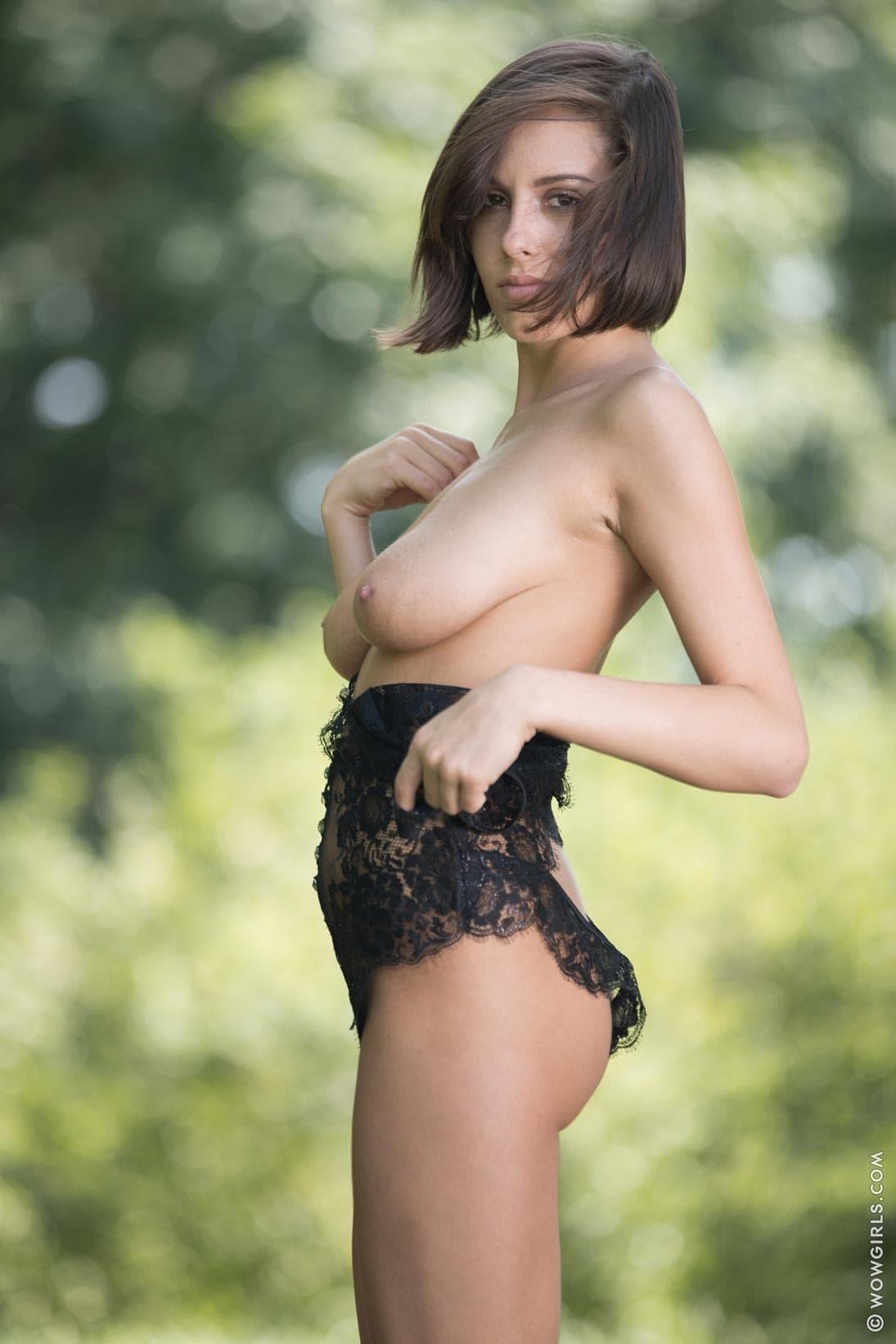 Девушка в кружевном боди оголила висячие сиськи - фото