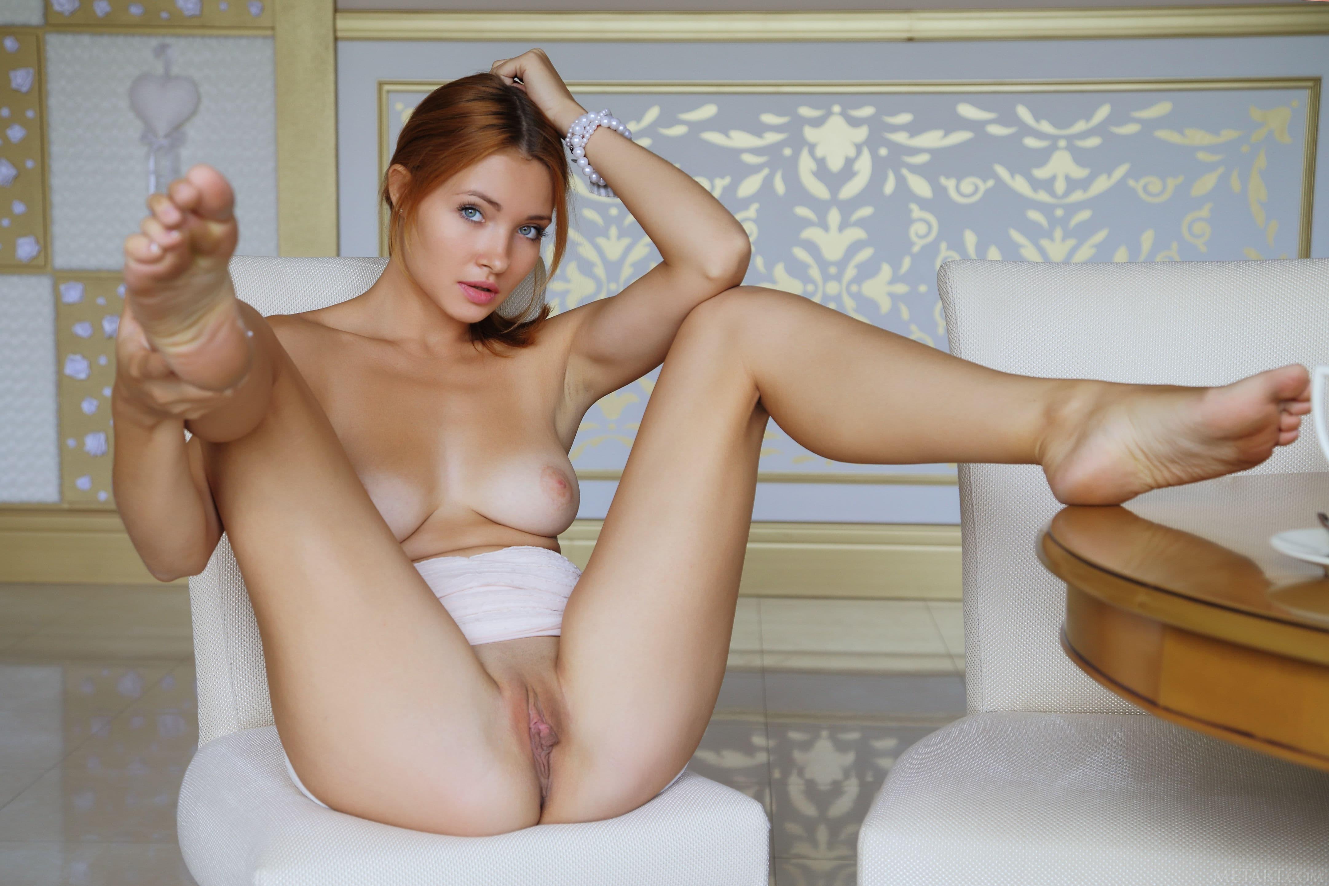 Раздвинула ноги на стуле и показала письку - фото