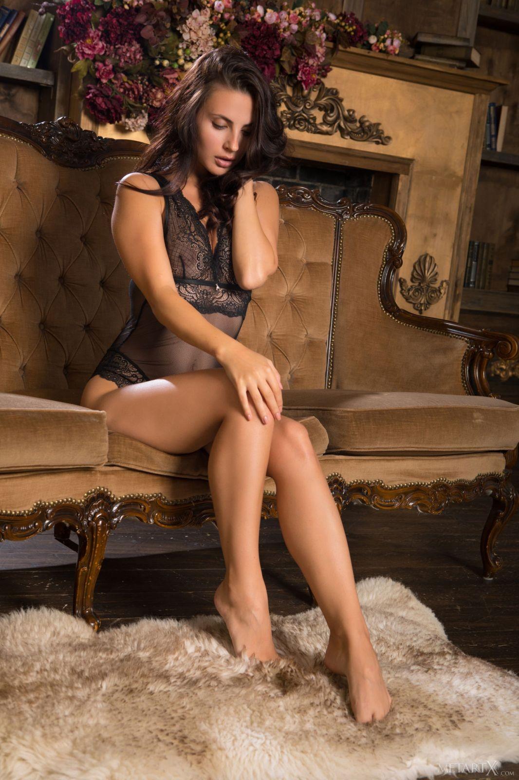 Голая девушка с красивым стройным телом - фото