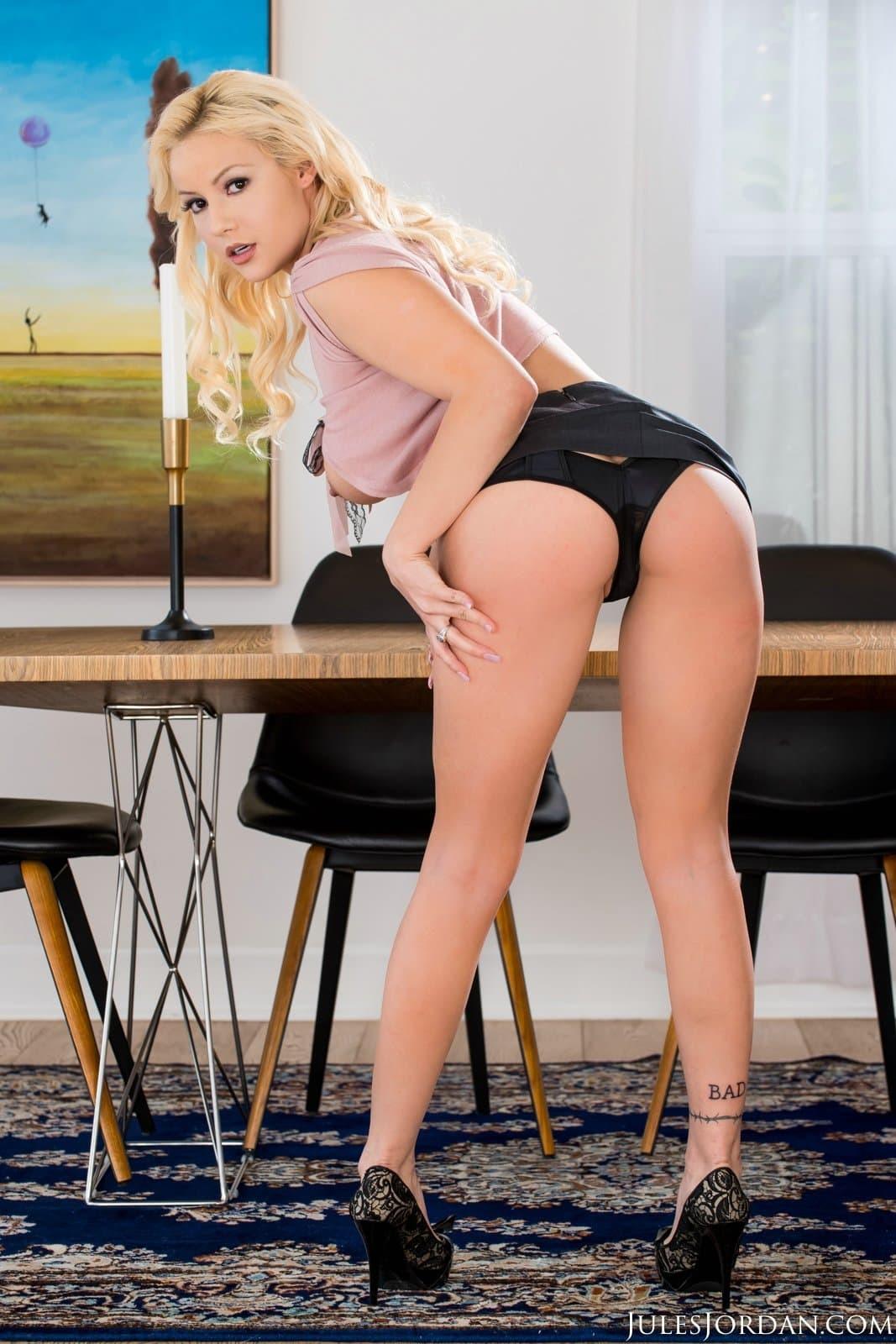 Секретарша в кроткой юбке разделась до гола на работе - фото
