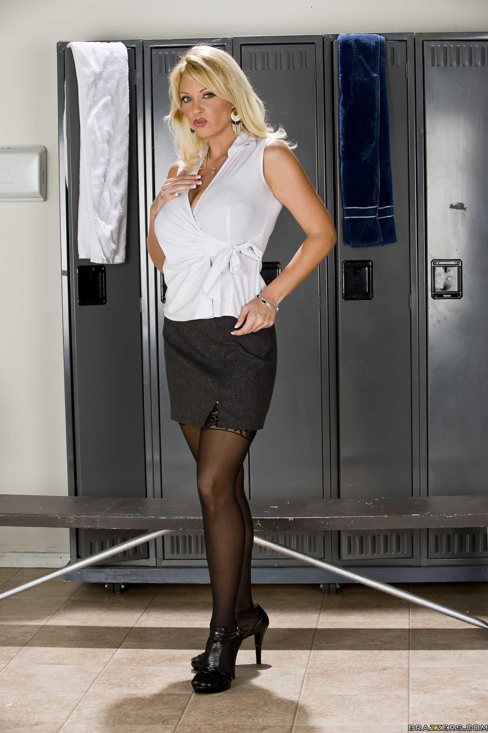Зрелая блондинка разделась в раздевалке - фото
