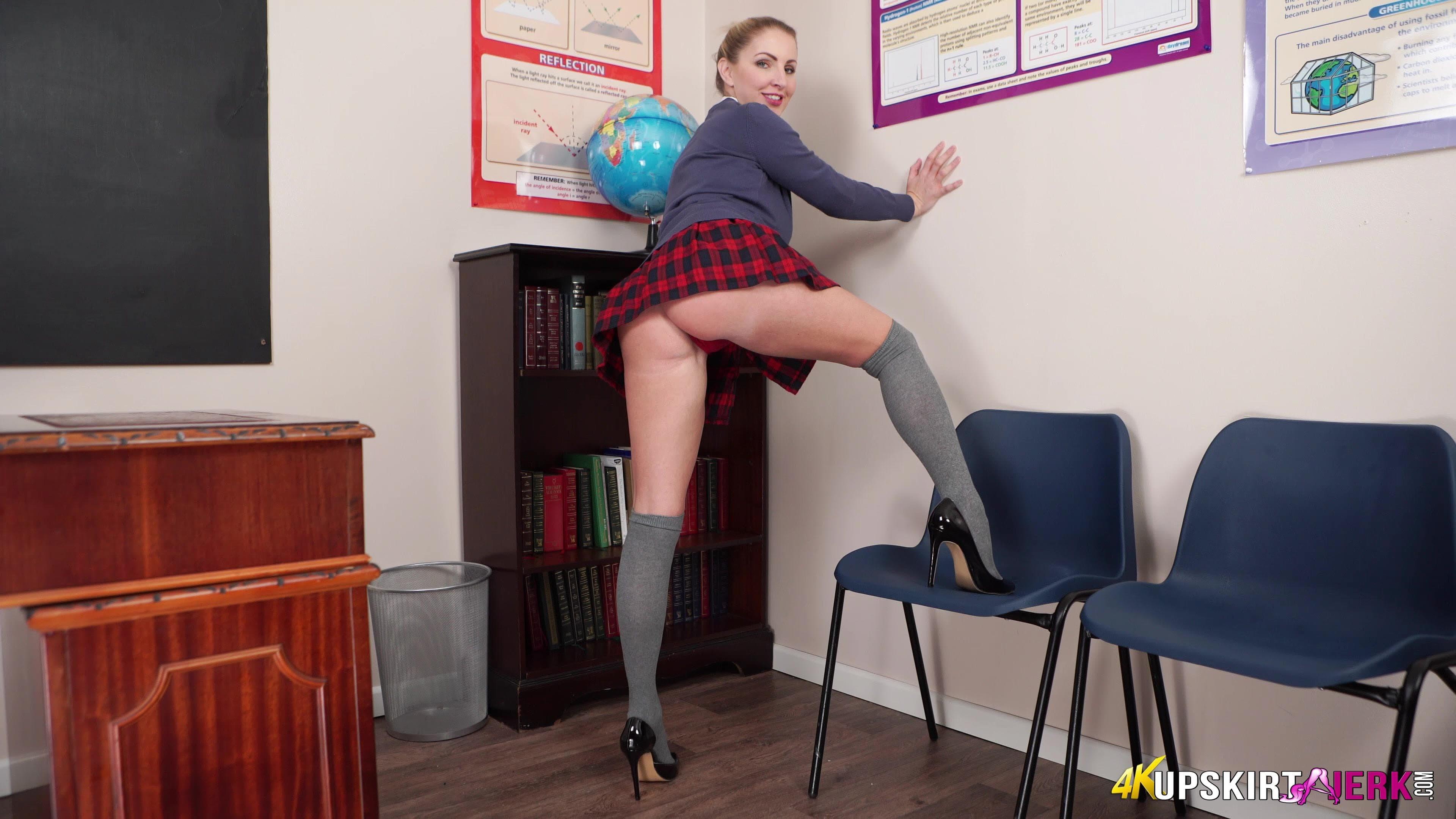 Учительница в кроткой юбке сняла трусы - фото