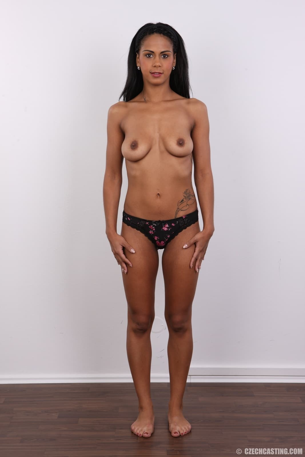 Девушка разделась до гола на кастинге - фото
