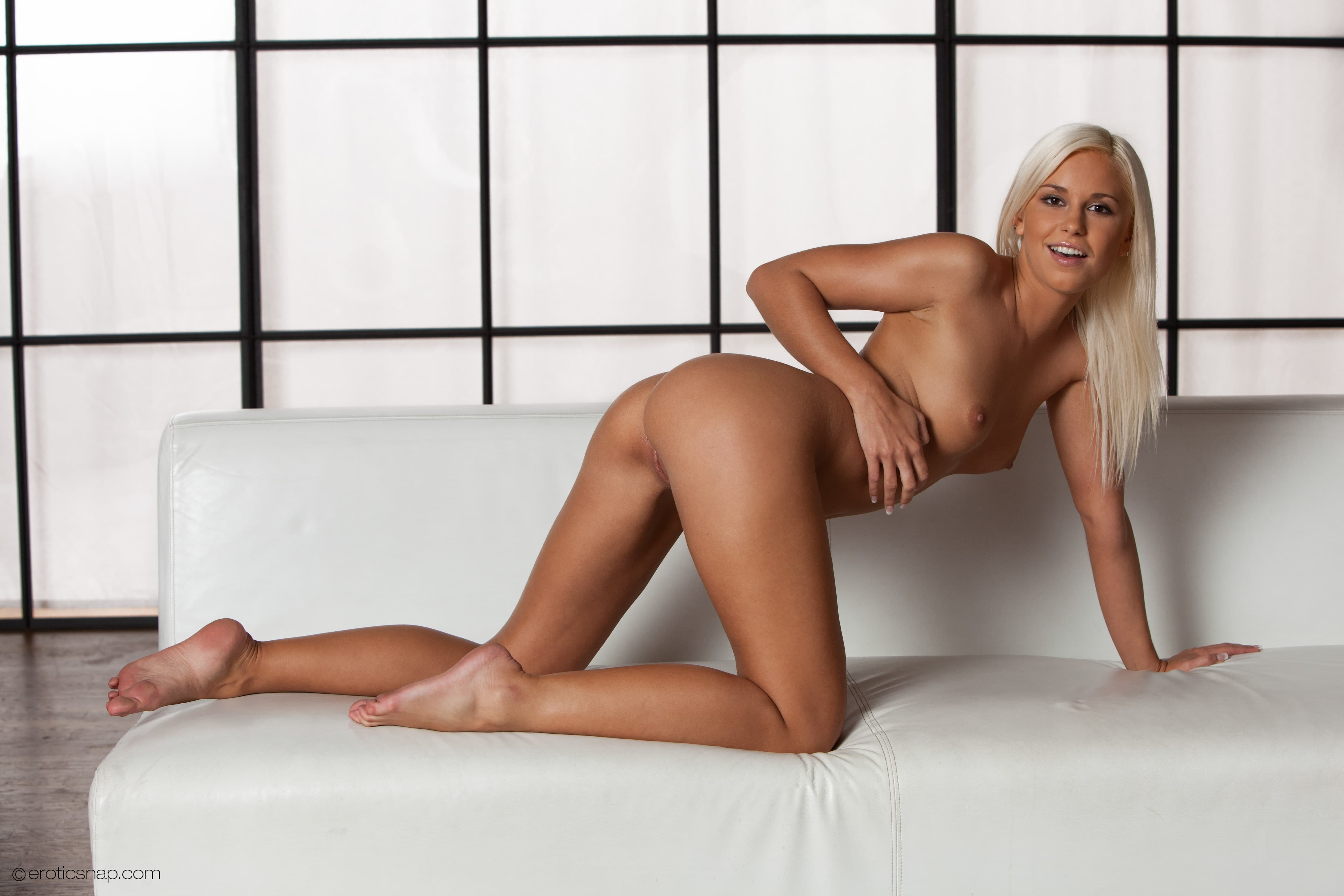 Блондинка раком засунула дилдо в киску - фото