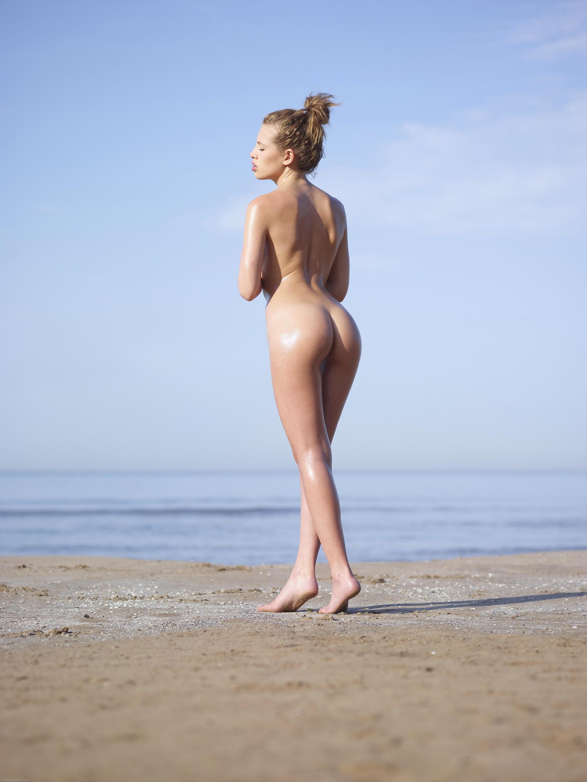 Влажная девушка показала жопу на пляже - фото