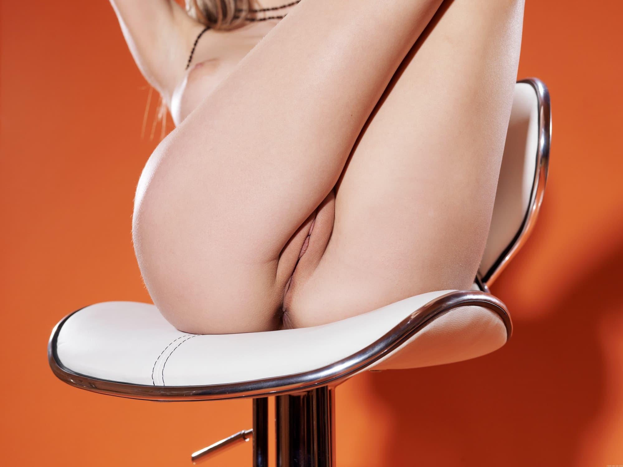Обнаженная модель раздвинув ноги трогает сиськи - фото